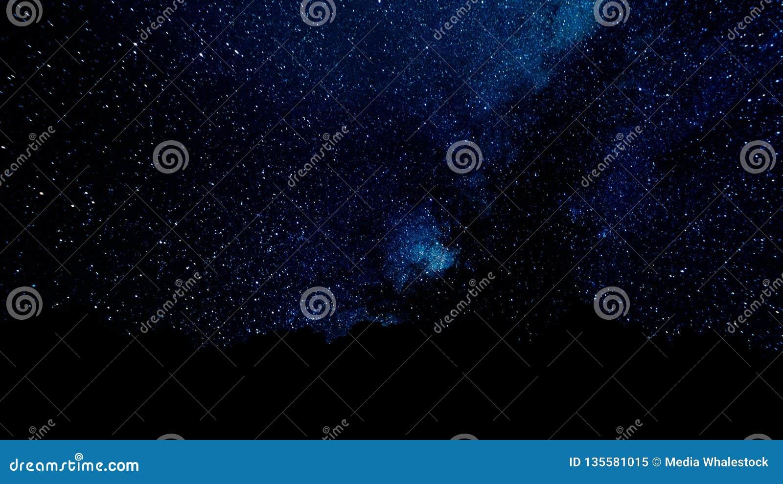 El volar a través de campos de estrella en espacio profundo Puntos que oscilan mágicos o líneas del vuelo que brillan intensament