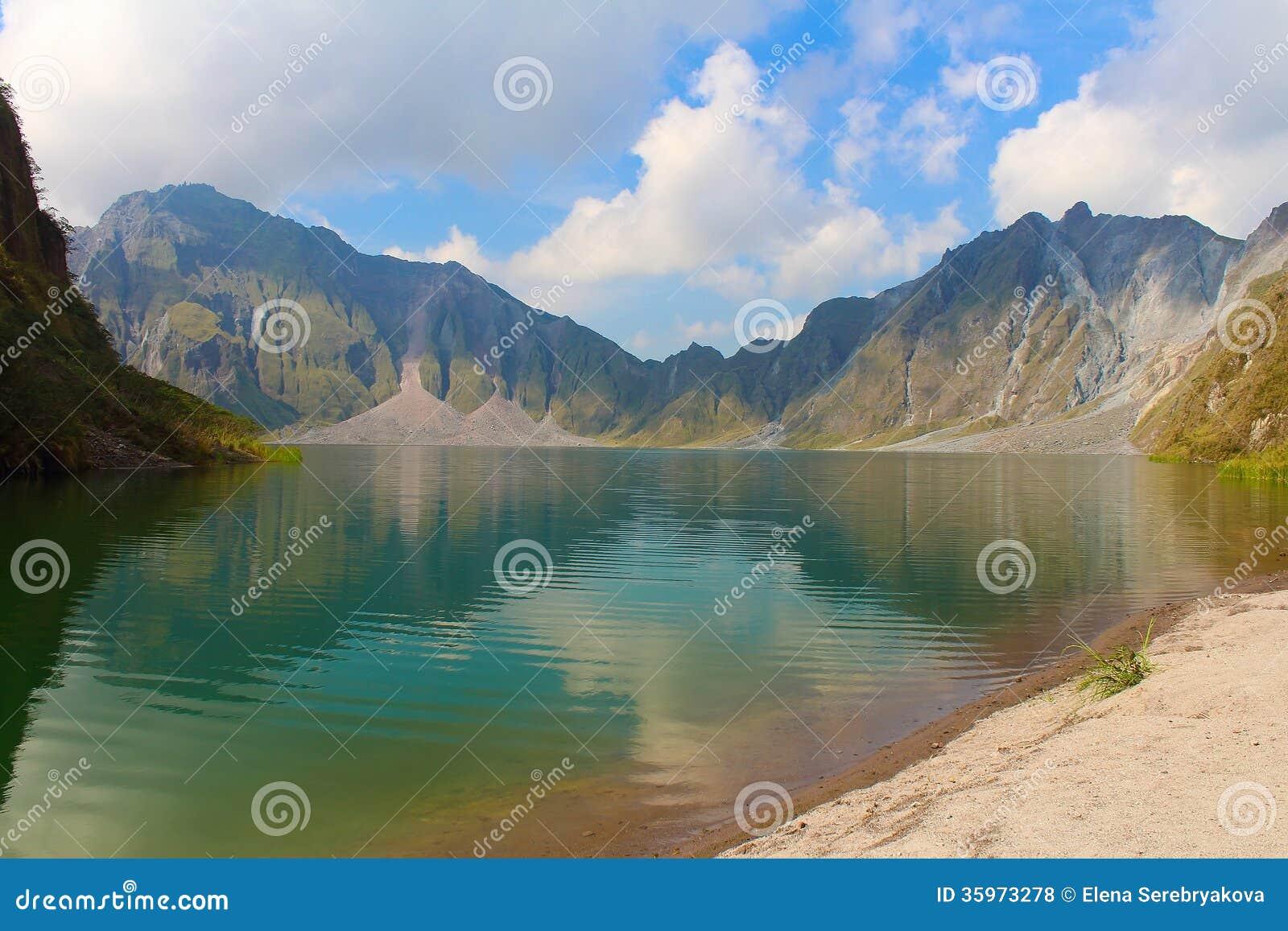 El volcán activo Pinatubo y el lago del cráter