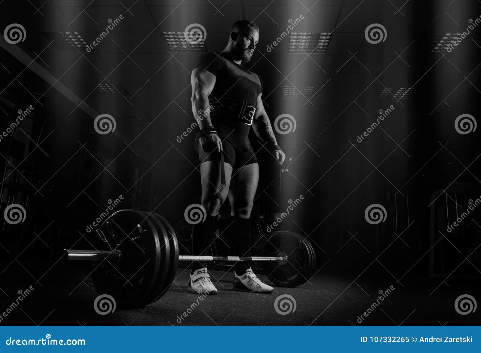 El weightlifter se está preparando para realizar un ejercicio llamado los muertos