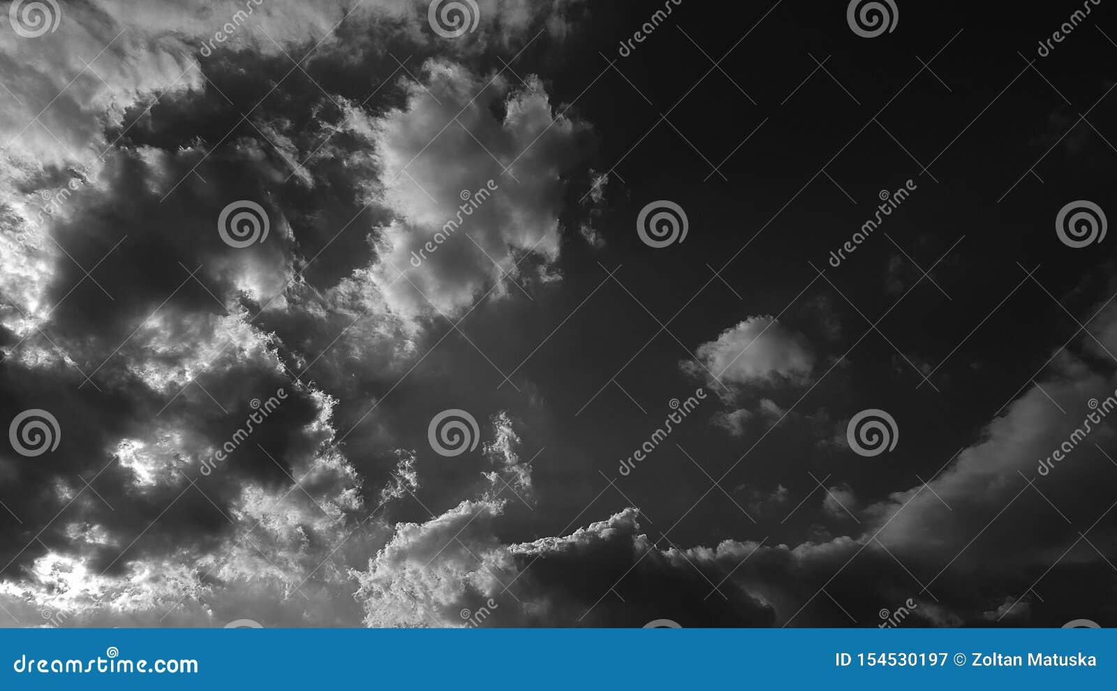 El whith dramático gris oscuro del cielo se nubla el fondo natural del cloudscape del verano ninguna plantilla en blanco vacía de