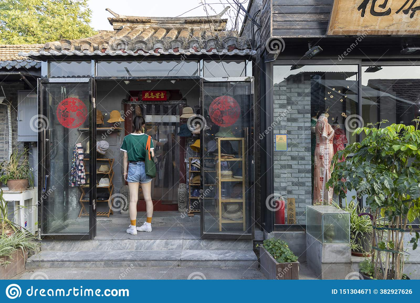 El Wudaoying Hutong en Pekín, China, es uno de los hutongs comerciales en Pekín