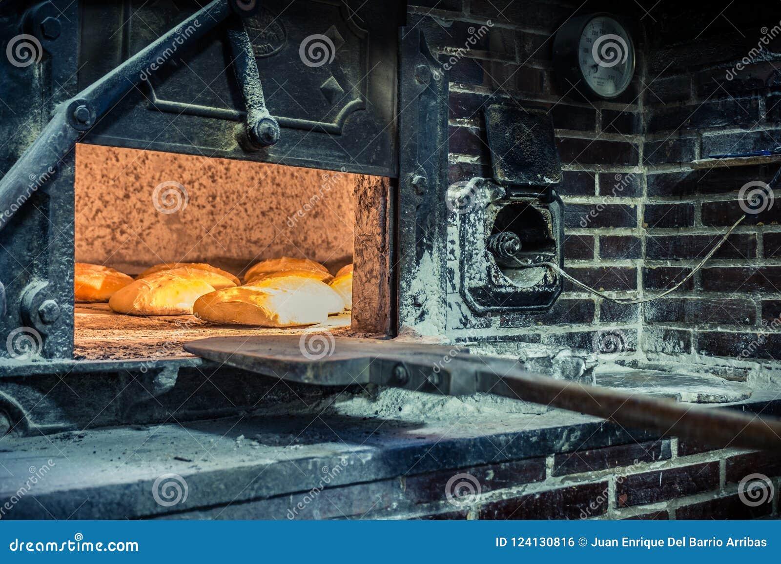 Elaboración del pan en horno de madera tradicional