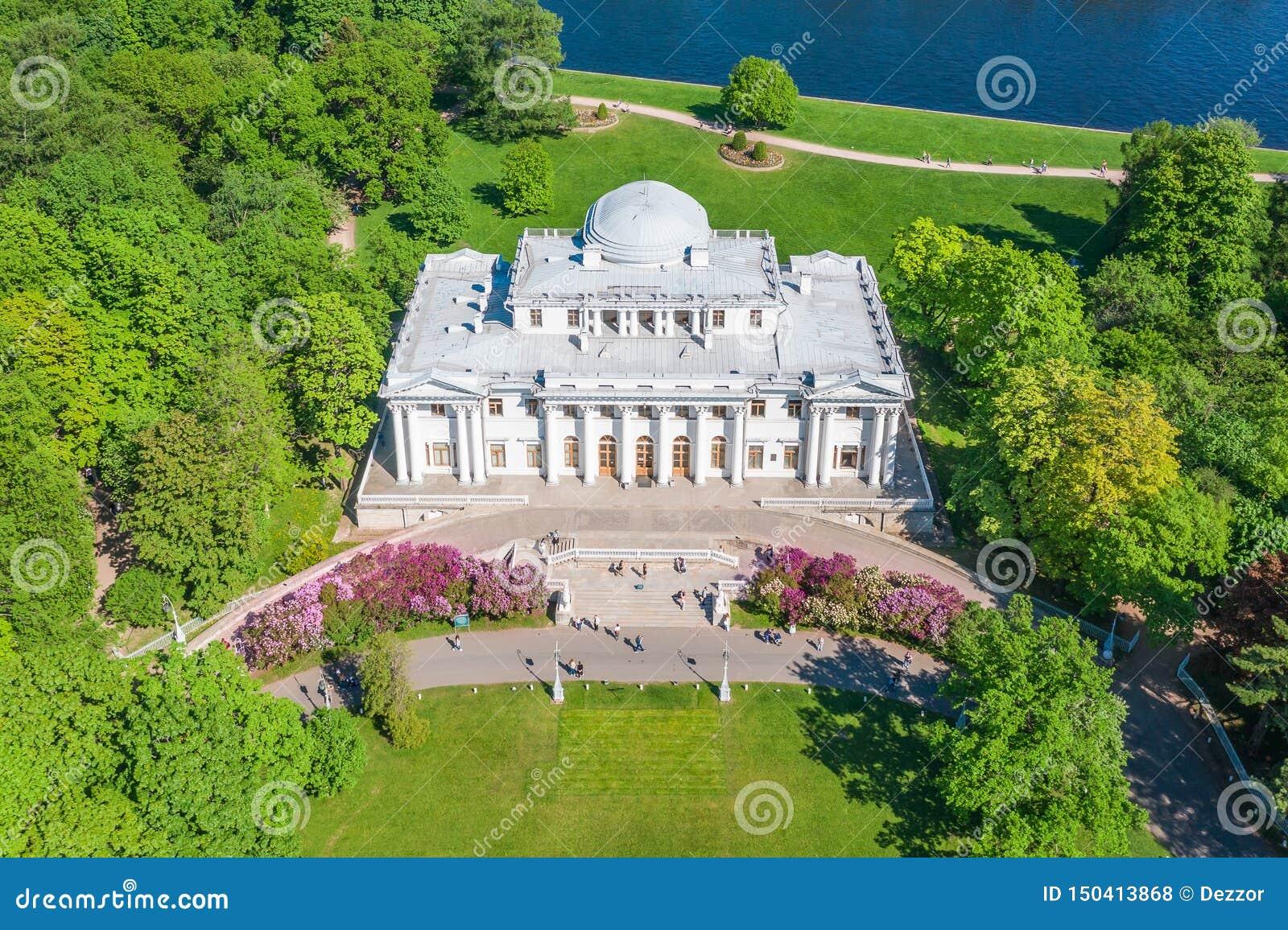 Elagin宫殿开花的丁香在Elagin海岛上的公园在圣彼德堡,鸟瞰图