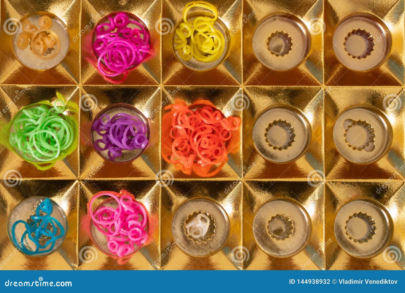 Elastici del silicone nei colori differenti per i braccialetti intreccianti Creativit? del bambino, hobby, fatto a mano
