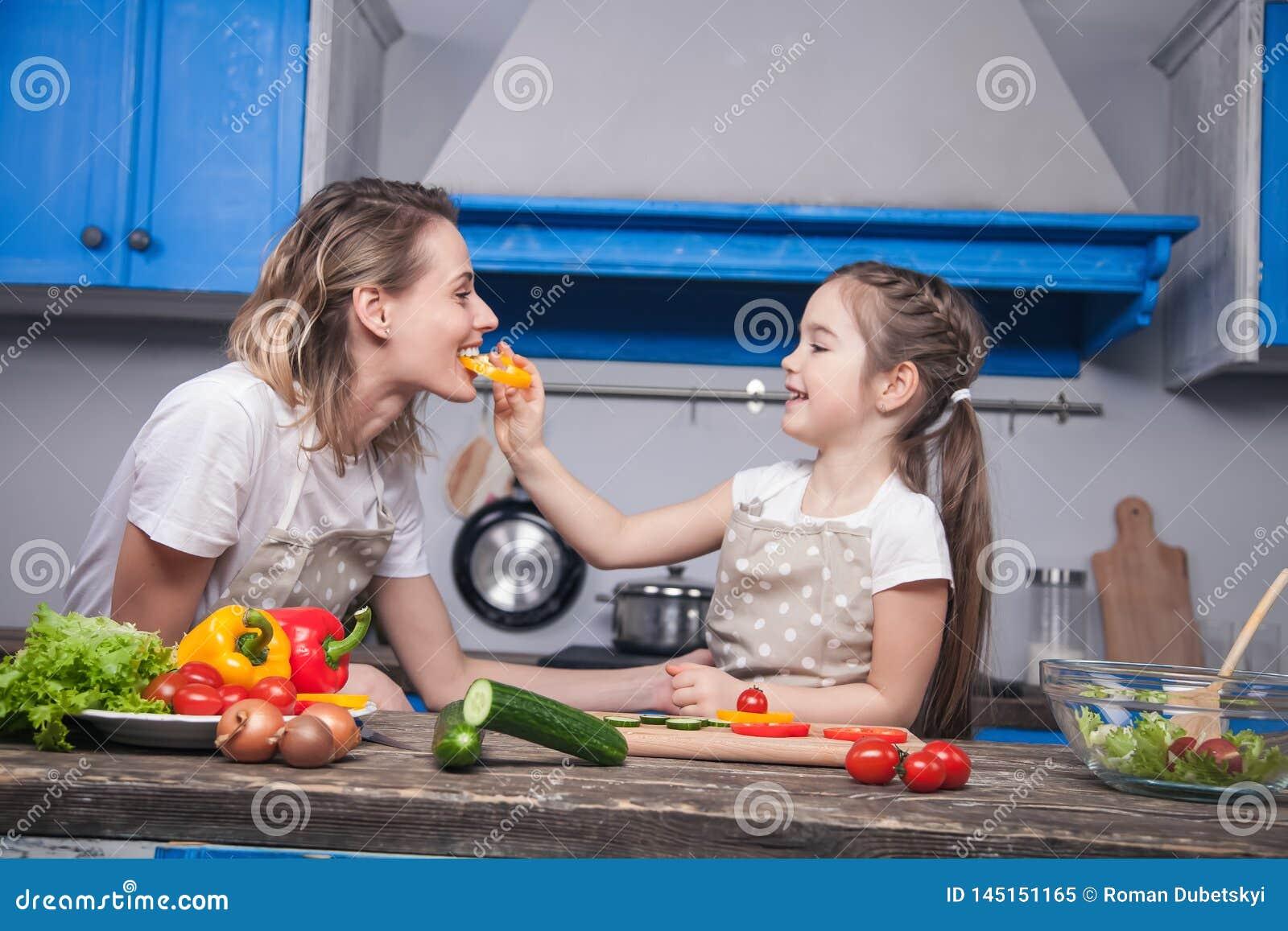 Elasticità sveglie della figlia a sua madre un pezzo di pepe bulgaro avere un sapore
