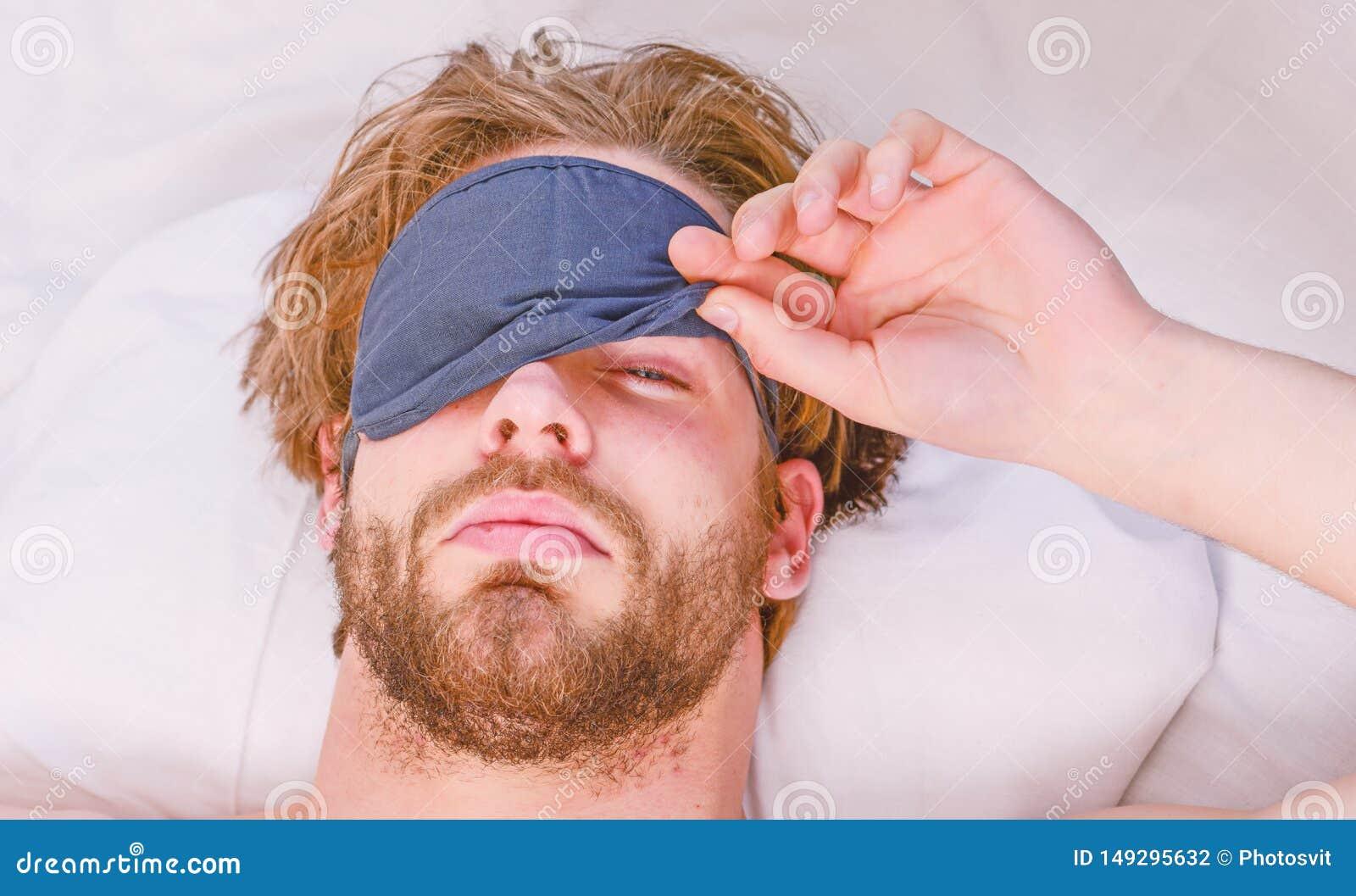 Elasticitet efter vak upp i morgonen Man den k?nsliga tillbaka knipet i s?ngen, n?r du har sovit Vakna str?ckning upp