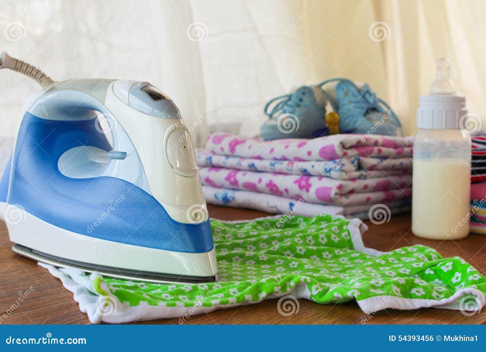 Żelazo muska children koszulkę W tle, pieluszki, dziecko odziewają, pacyfikator, mali buty