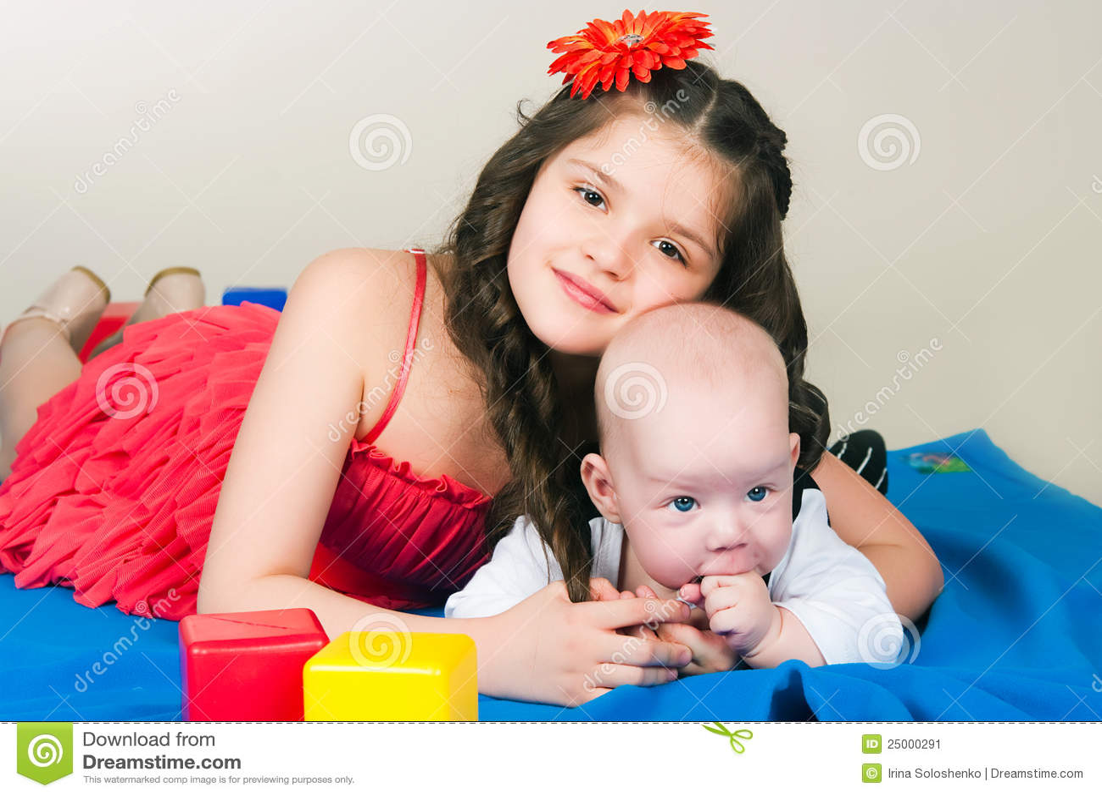 Старшая сестра дает младшему 12 фотография