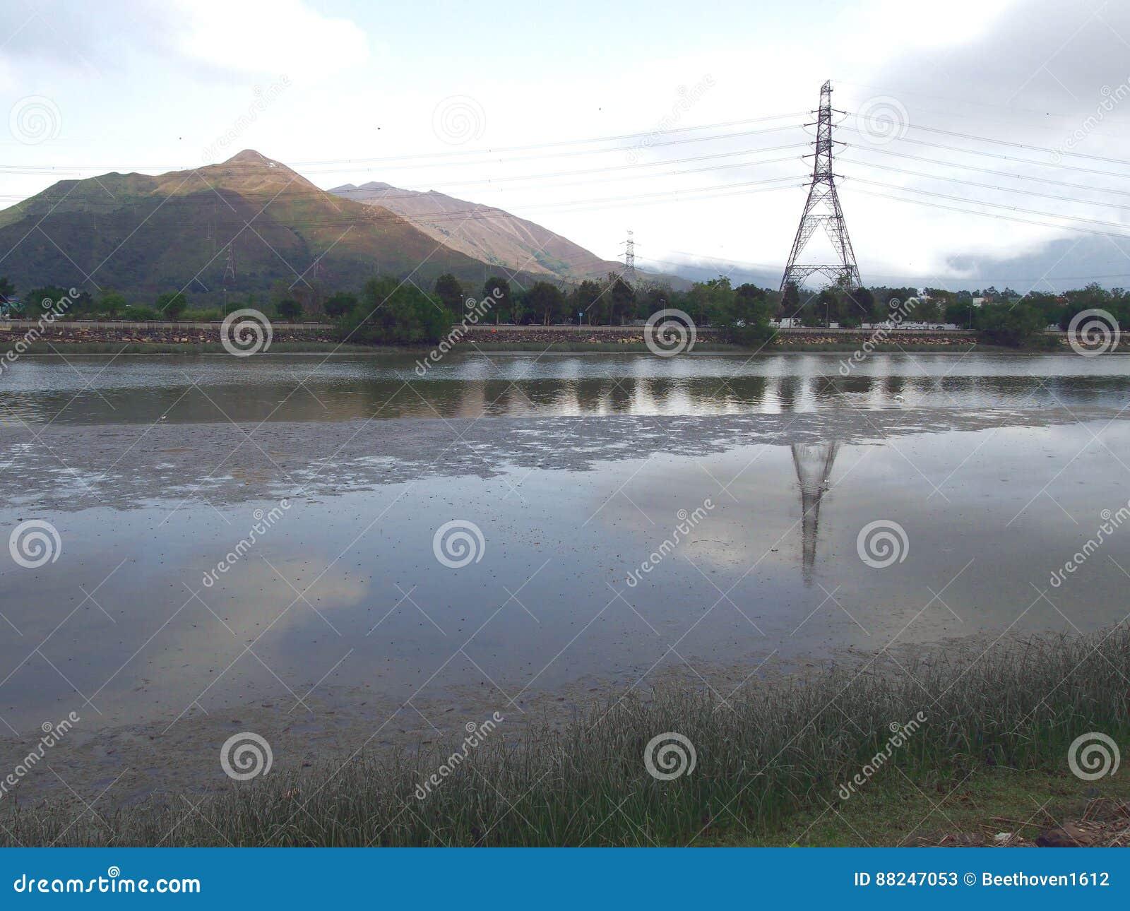 Electric Power raye près de la rivière en Nam Sang Wai Fishing Village