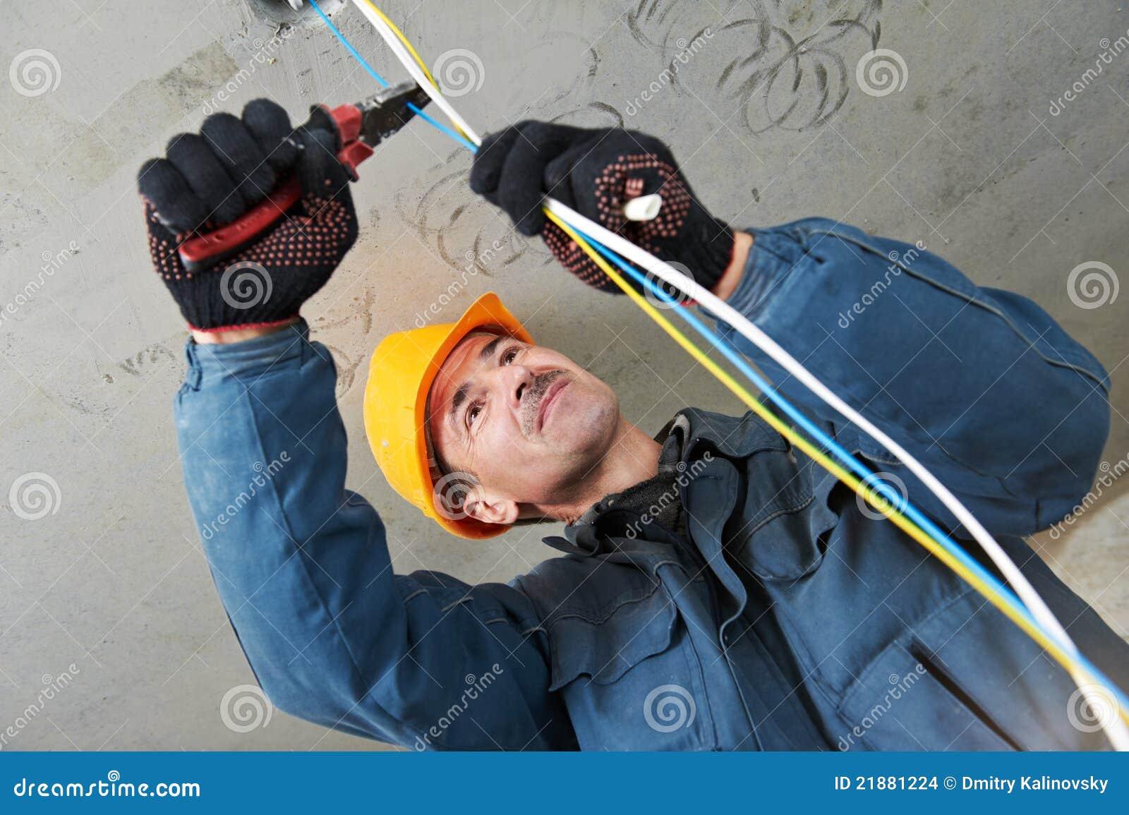 Electricista en el trabajo del cableado