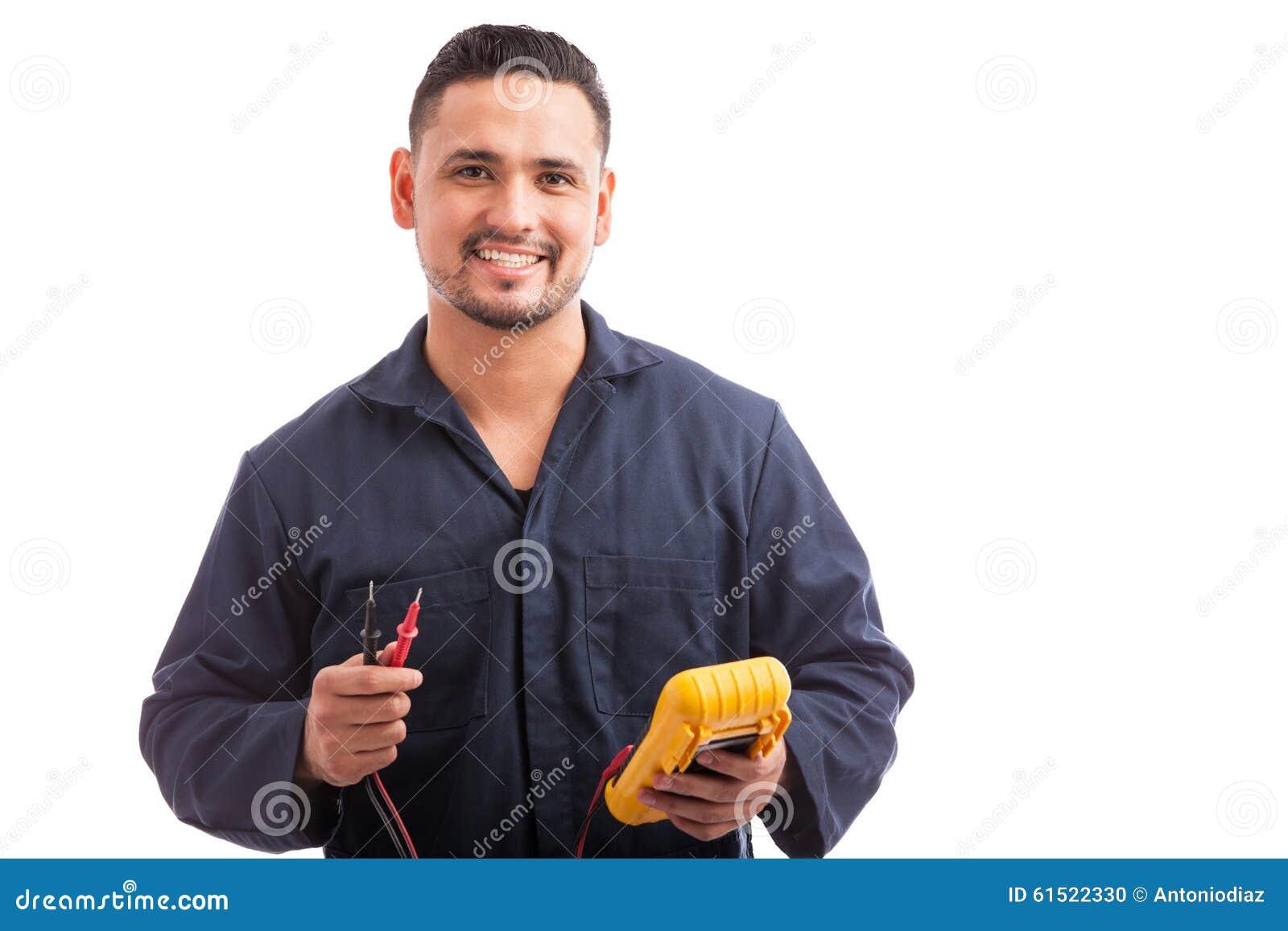 Electricista hispánico joven feliz