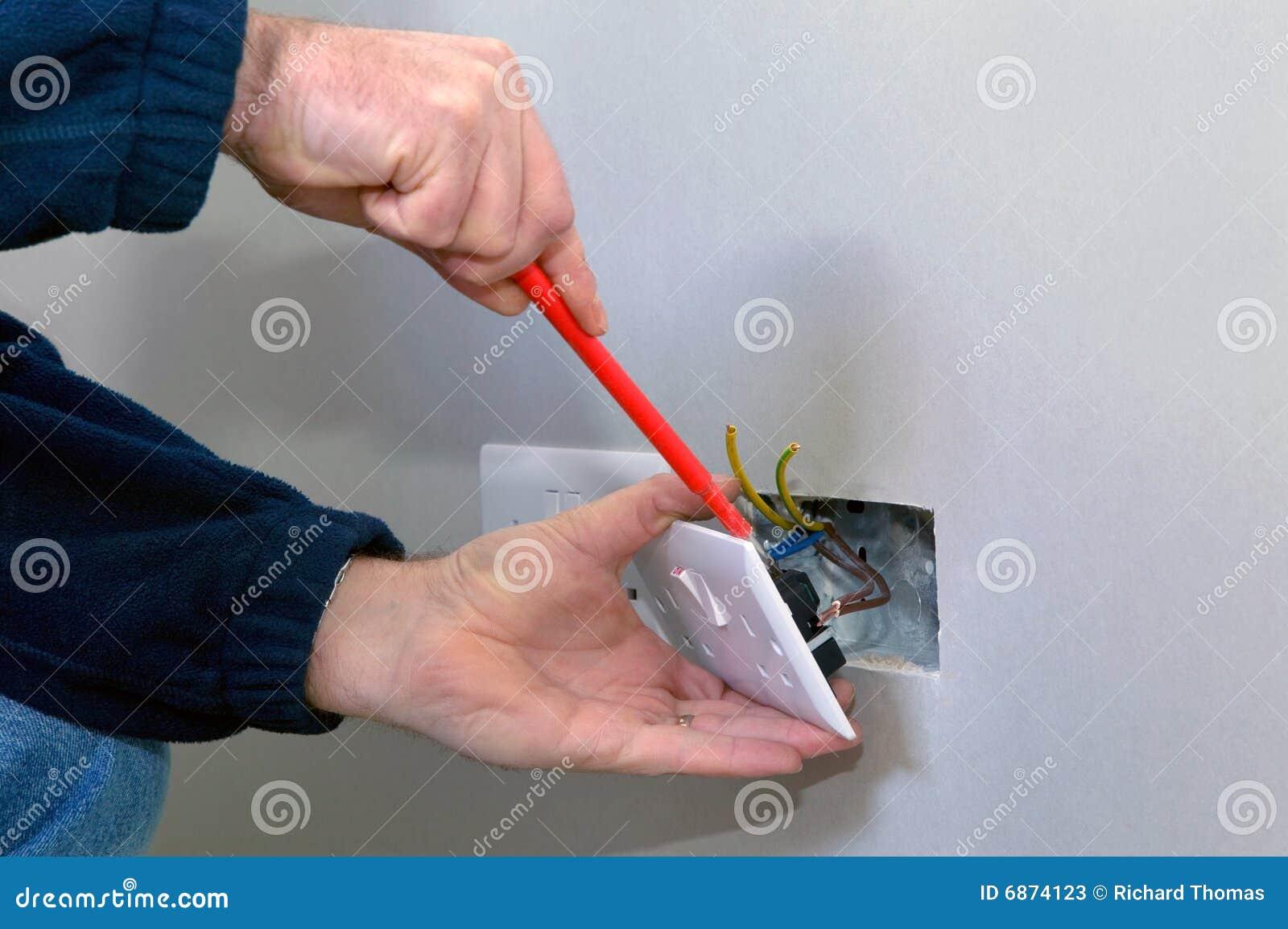 Electricista que instala un socket
