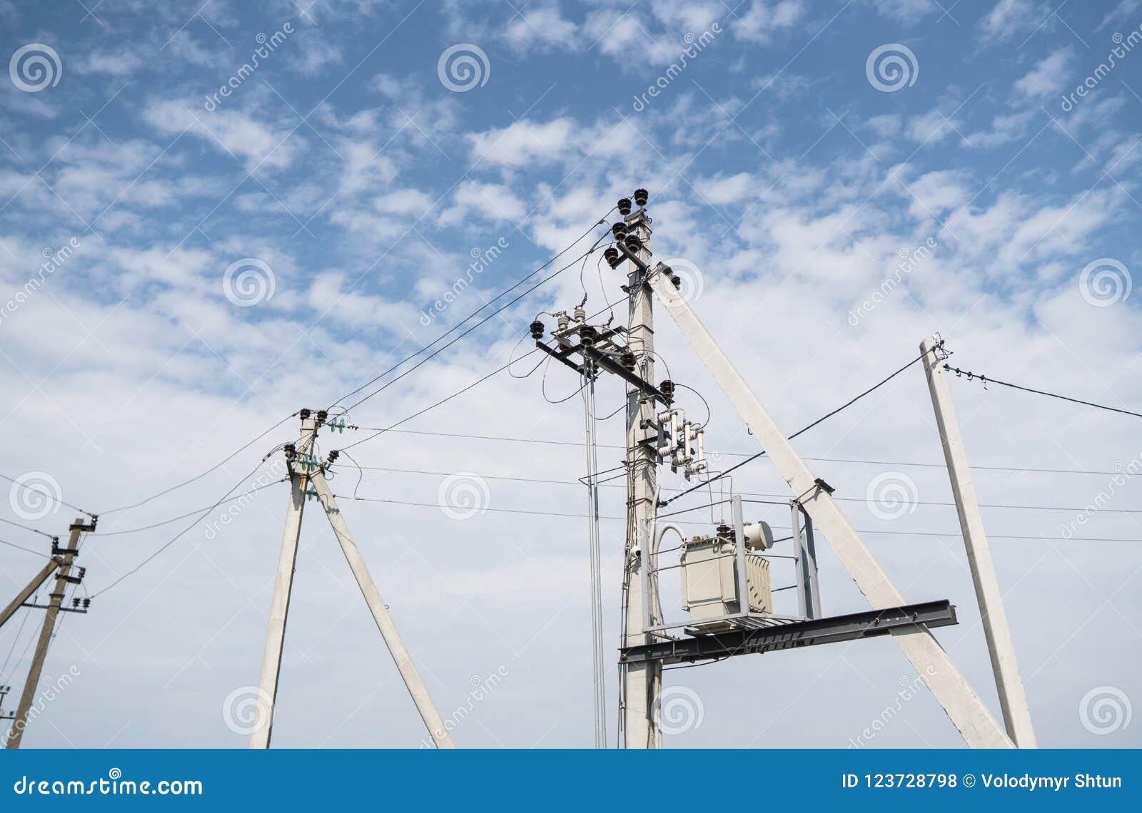 Electricista Wiring Cable en línea eléctrica Concepto de la electricidad, cierre encima de la estación de alto voltaje de las lín