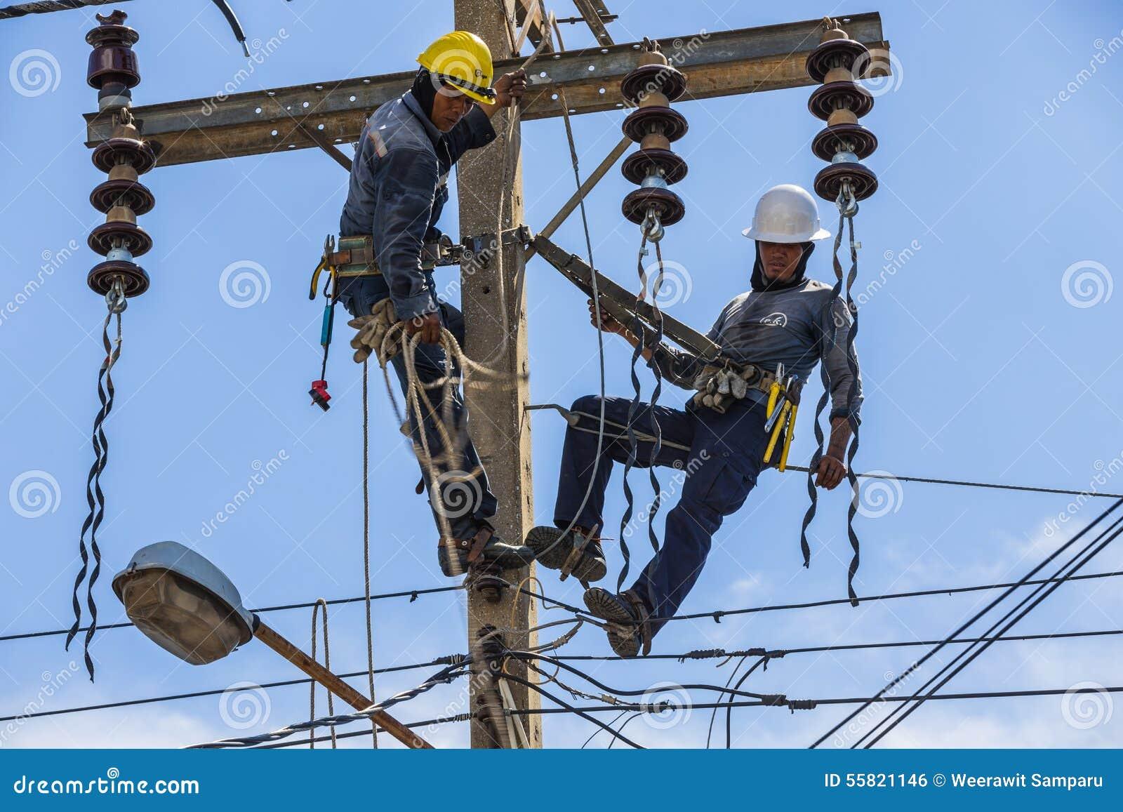Electricistas que trabajan junto foto editorial imagen for Trabajo de electricista en malaga