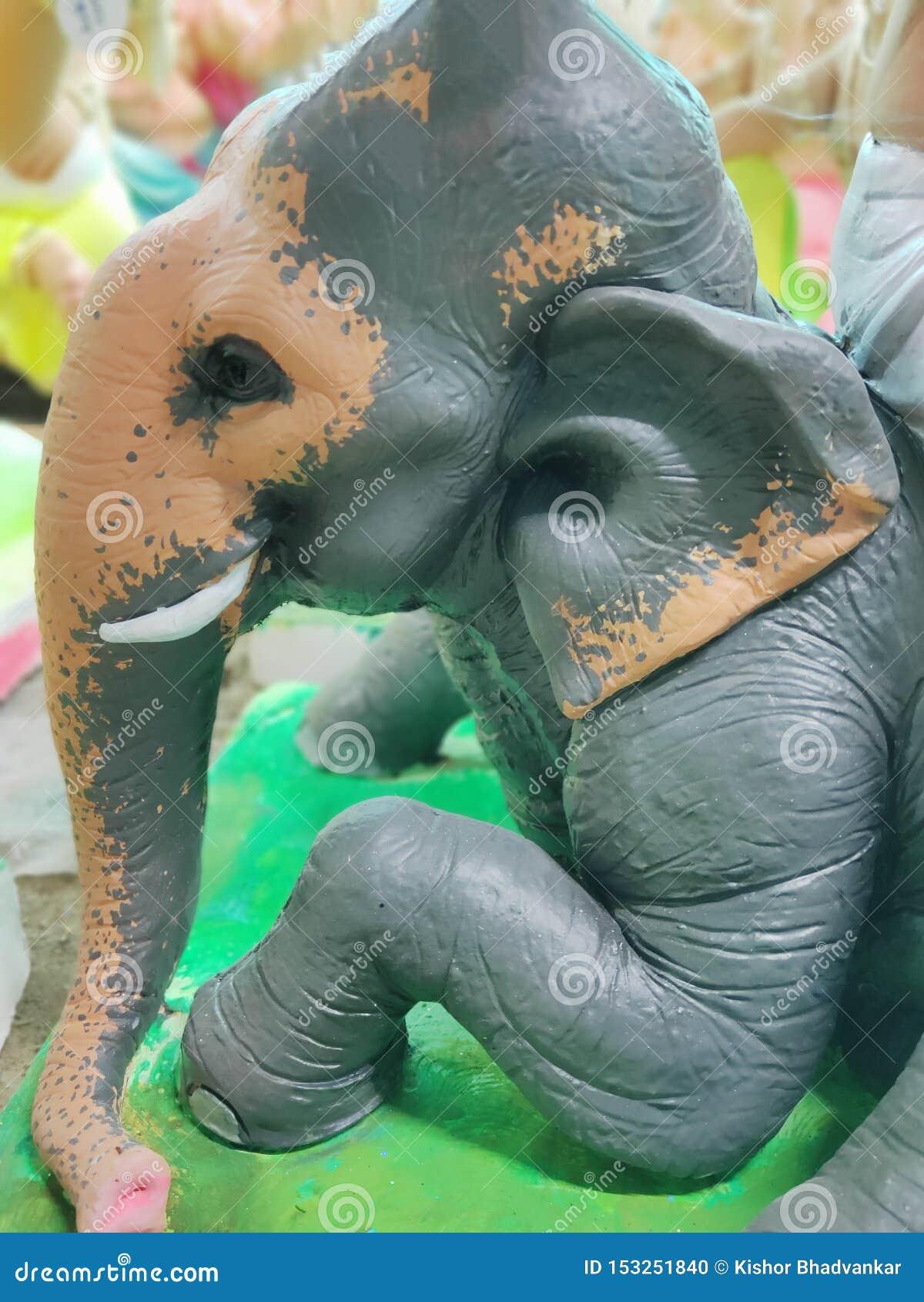 Elefant muy hermoso en color del braun