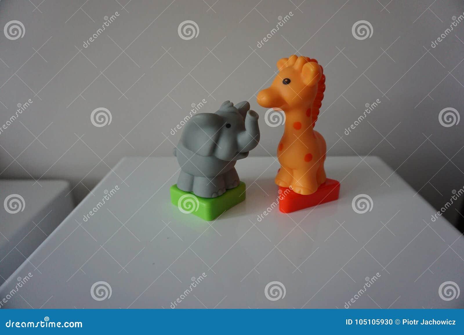 Elefante cinzento e girafa alaranjado Figuras plásticas