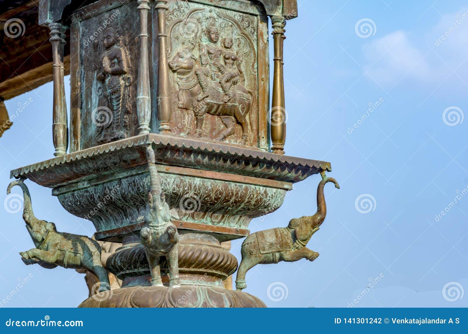 Elefante de cobre amarillo en el poste de la bandera del templo grande de Thanjavur