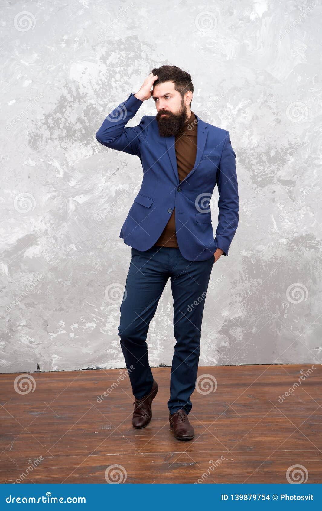 Elegância e estilo masculino Fundo cinzento do equipamento elegante do homem de negócios ou do anfitrião Conceito da forma Estilo