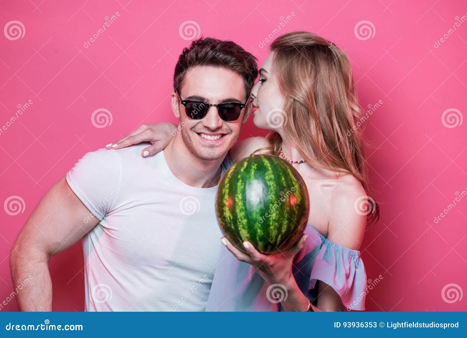 Eleganccy potomstwa dobierają się w miłości pozuje z świeżym dojrzałym arbuzem