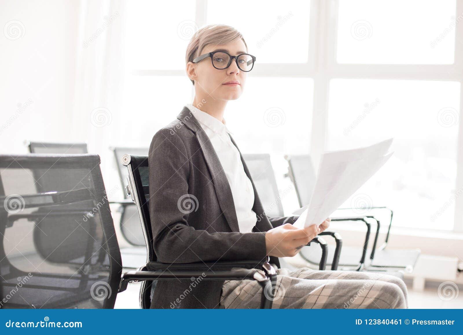 Eleganccy poważni bizneswomanu mienia papiery
