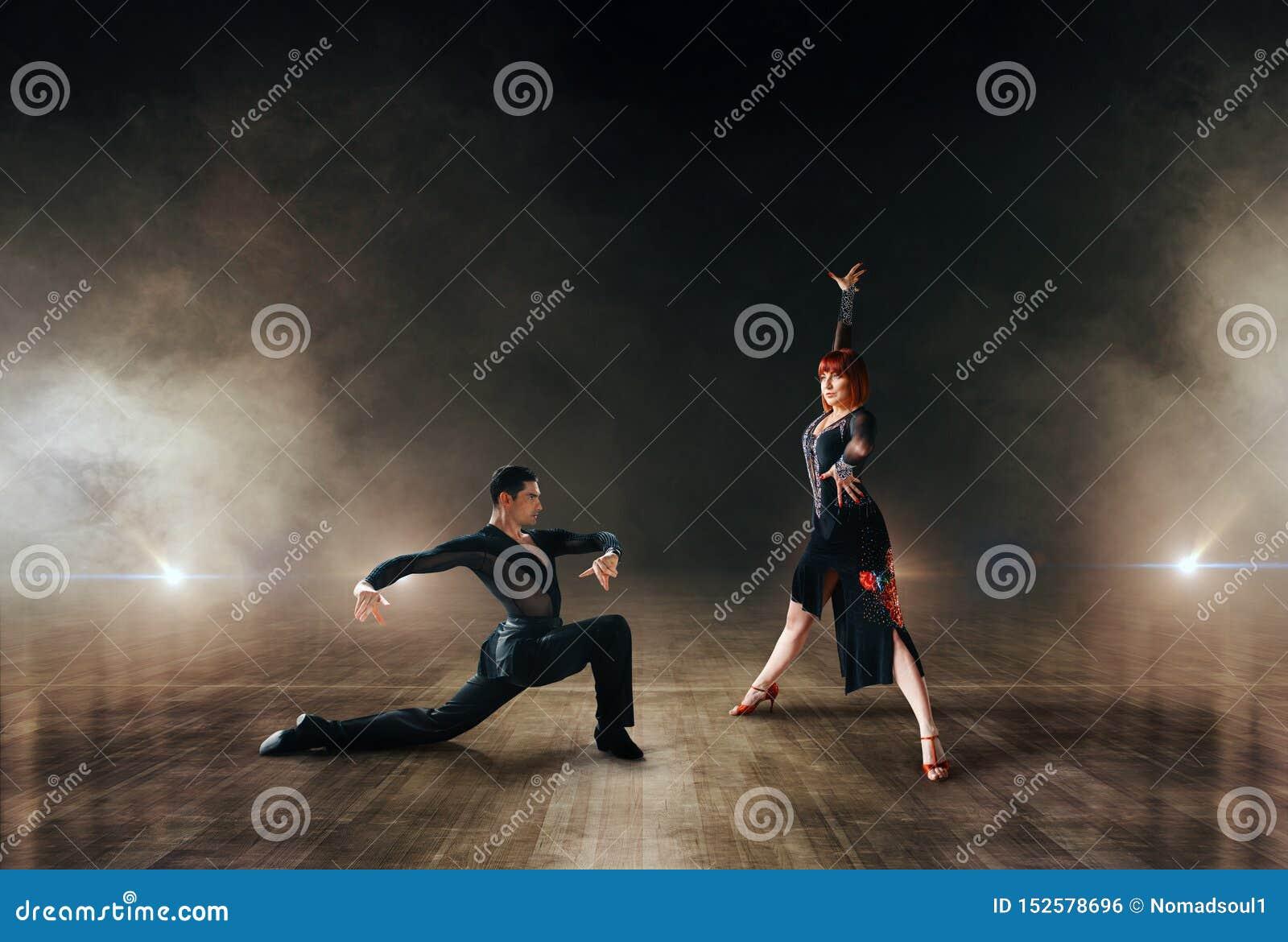 Eleganccy tancerze, para taniec na scenie