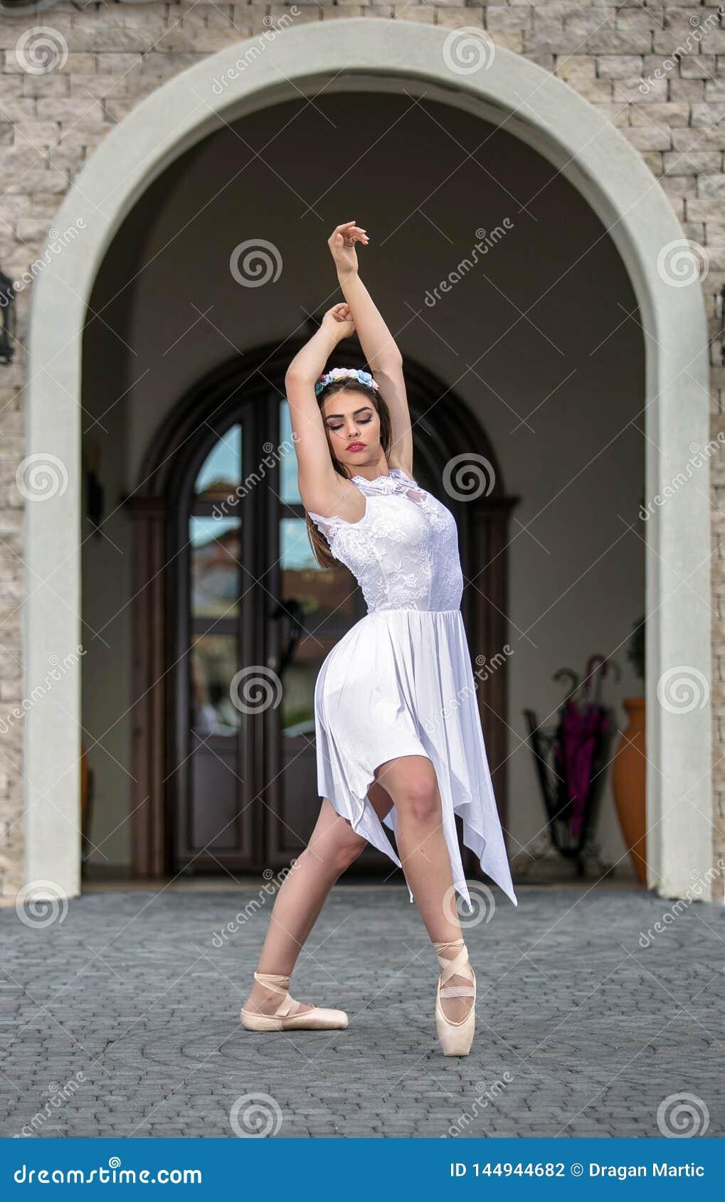 Elegancka baletniczego tancerza kobieta