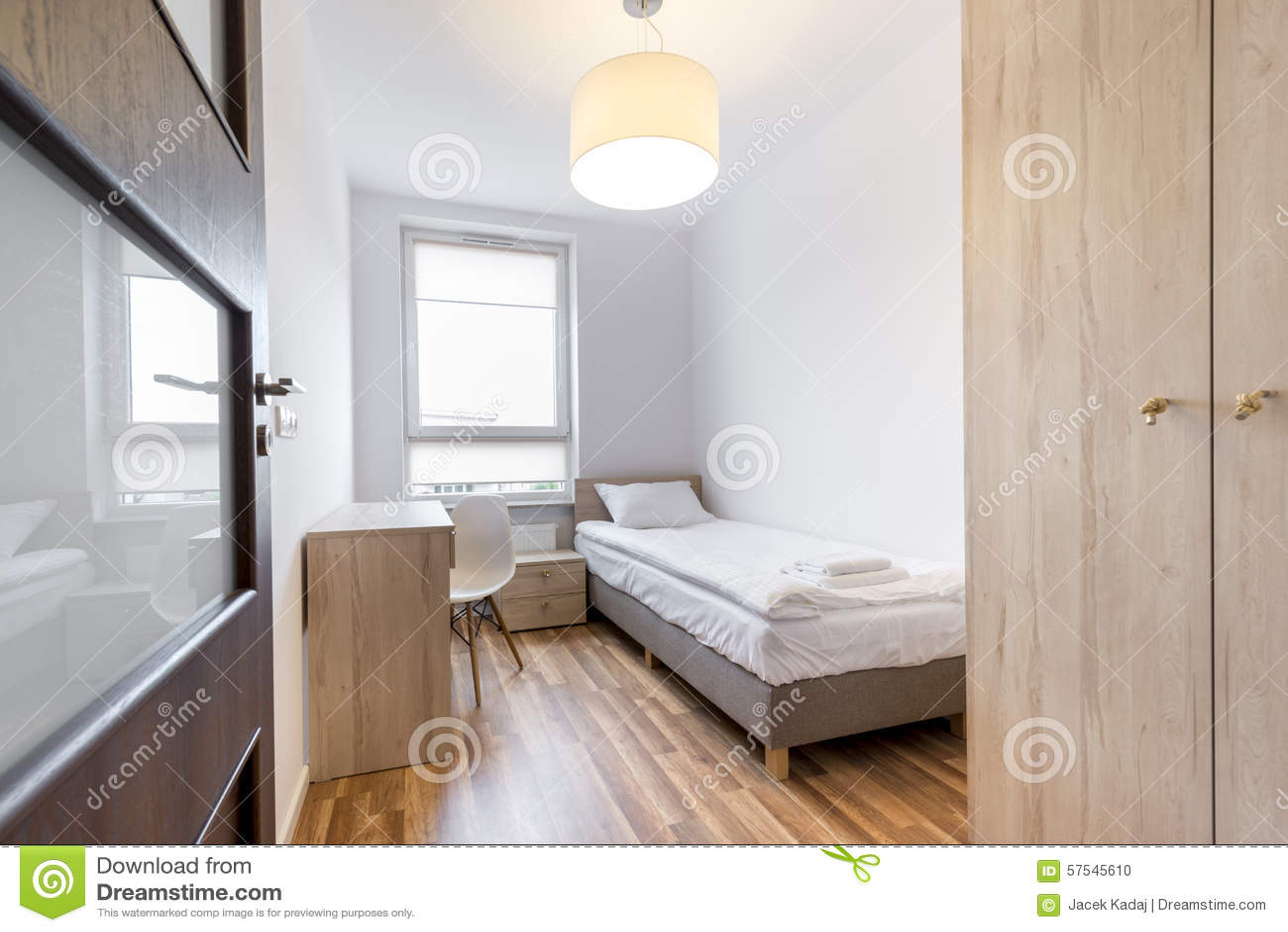 Elegancka Biała Sypialnia W Małym Pokoju Zdjęcie Stock