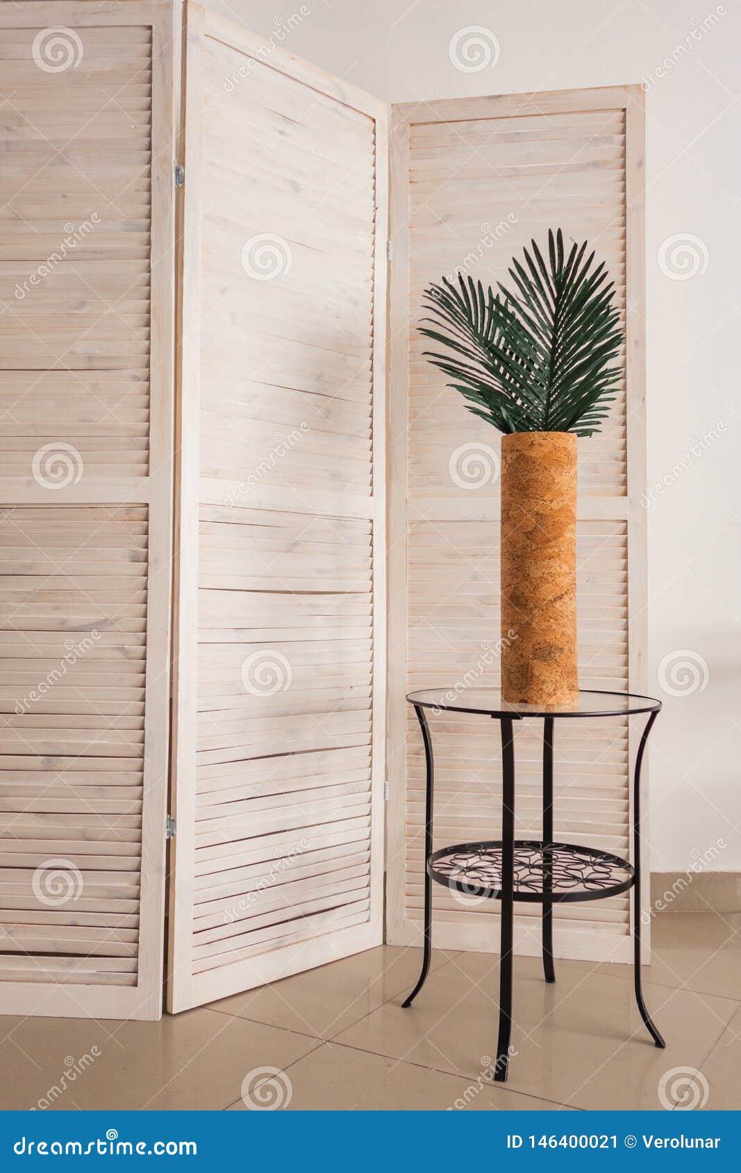 Elegancka biurowa dekoracja z tropikalnymi liśćmi
