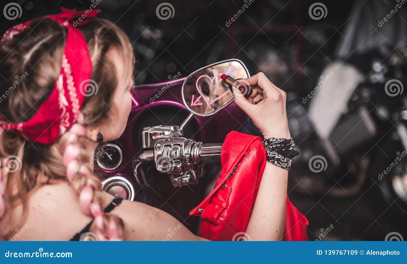 Elegancka blond kobieta z pomadką w ręce
