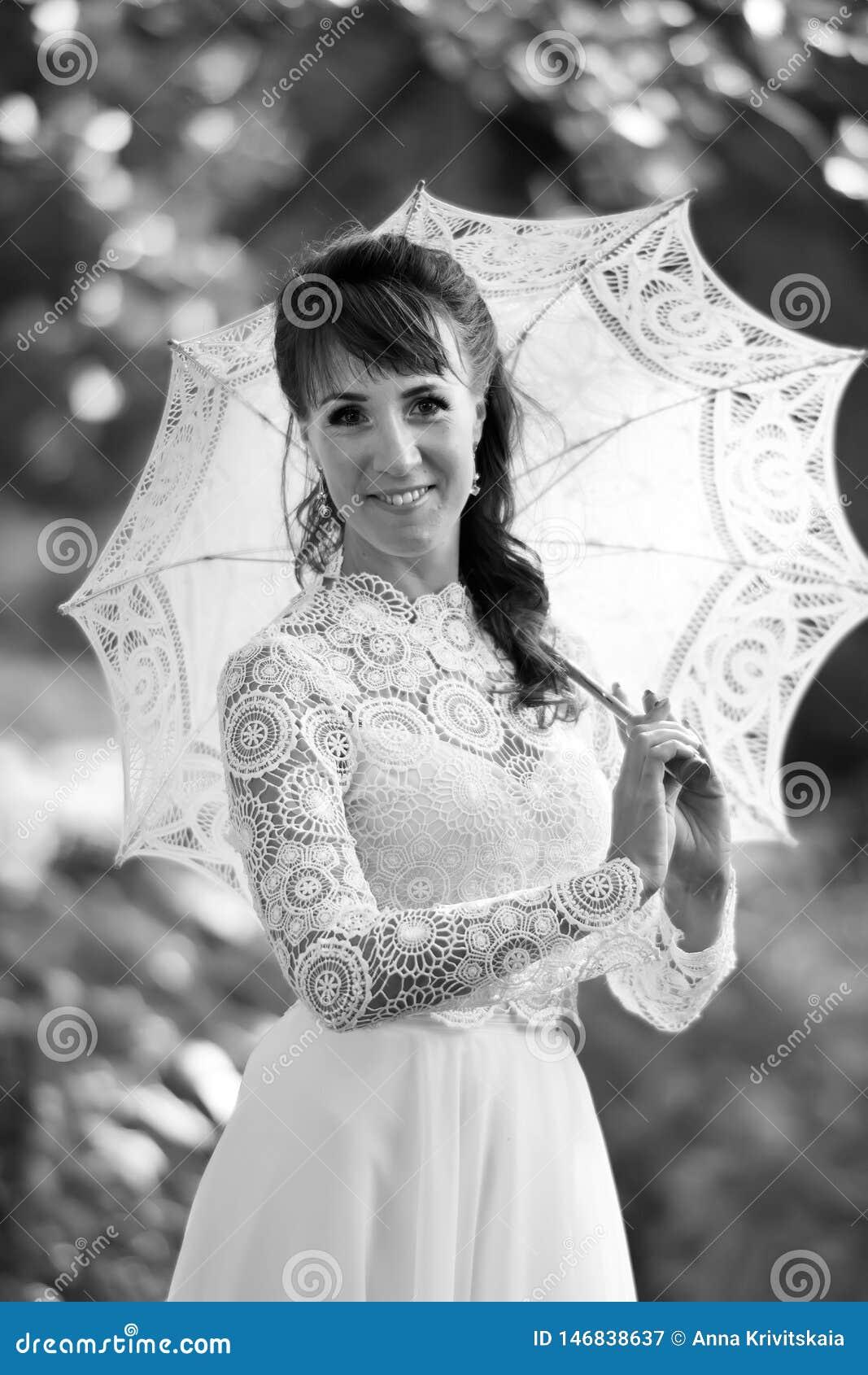 Elegancka brunetka w rocznika bielu sukni