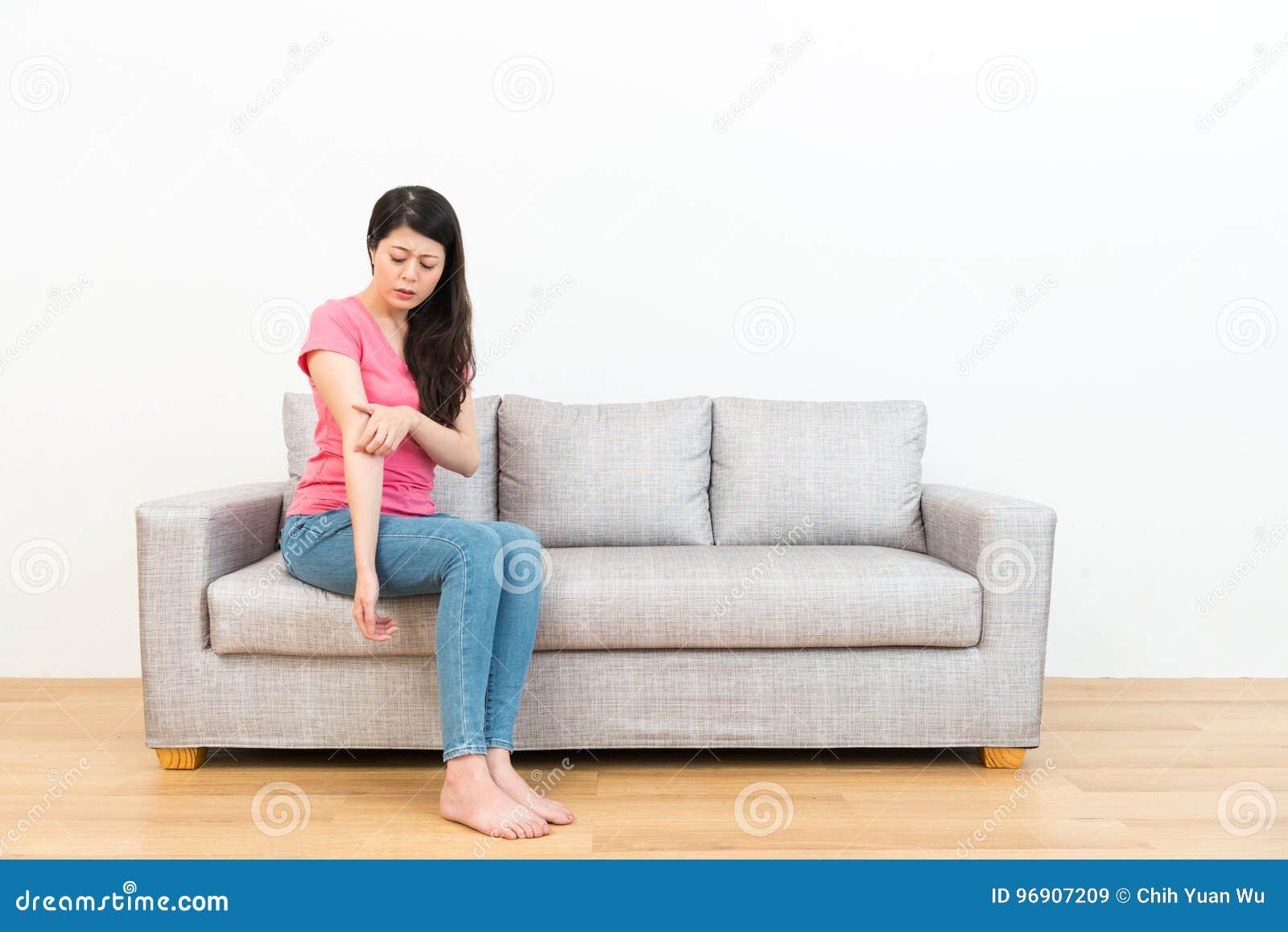 Elegancka dama w białym tle z drewnianą podłoga