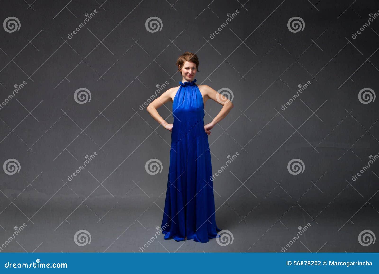 Elegancka dziewczyna w elektrycznej błękit sukni