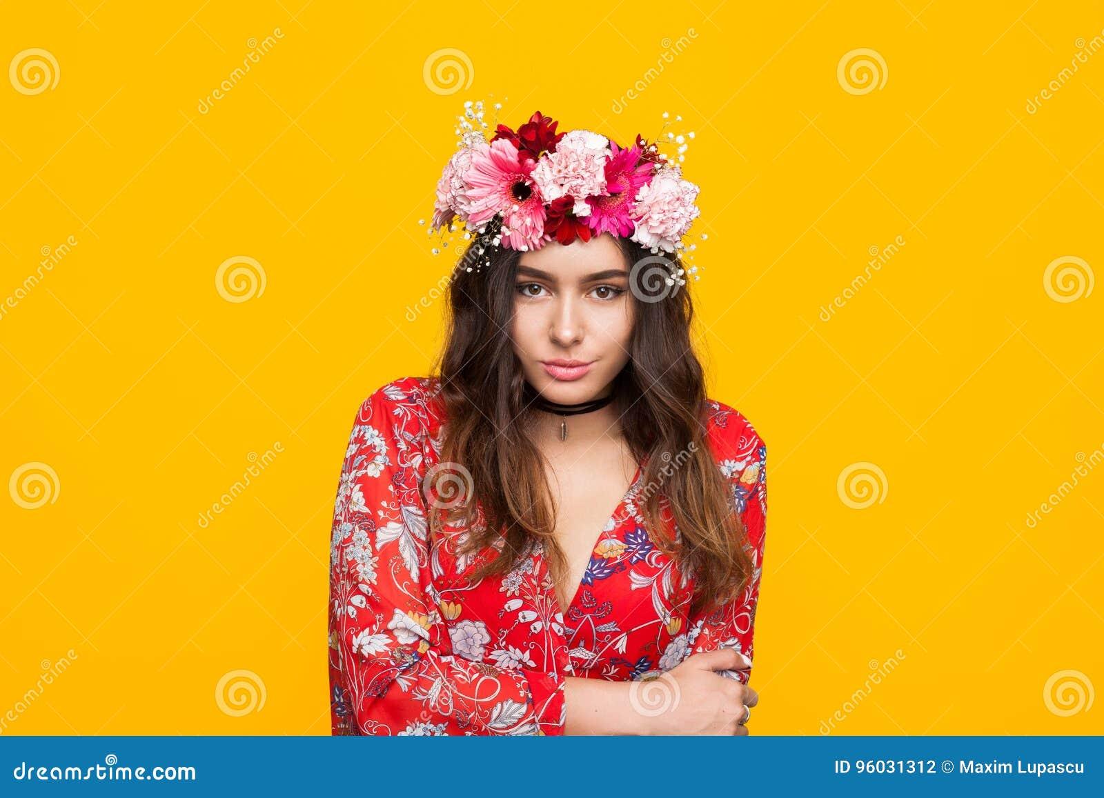 Elegancka dziewczyna w kwiecistym wianku