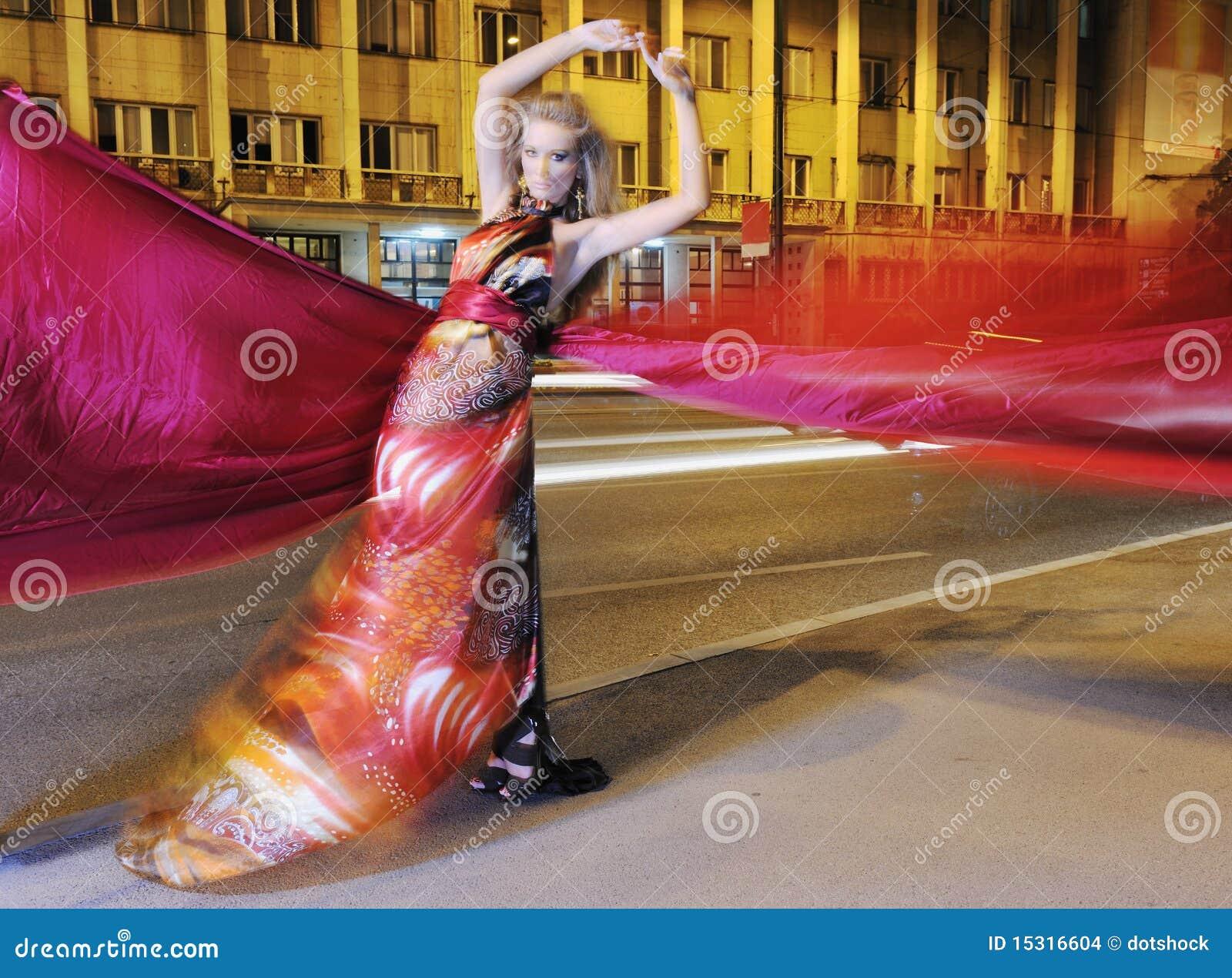 Elegancka kobieta na miasta ulicie przy noc