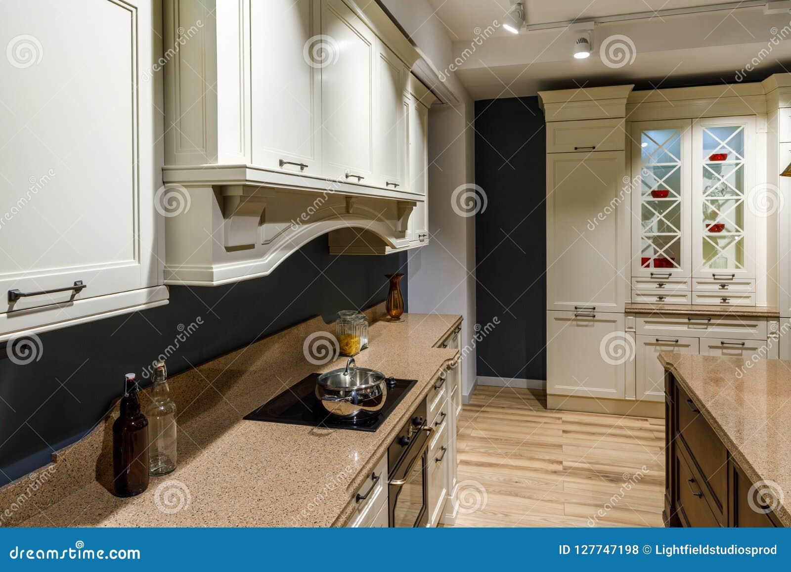 Elegancka kuchnia z z rocznika stylu kuchenką i kontuarem