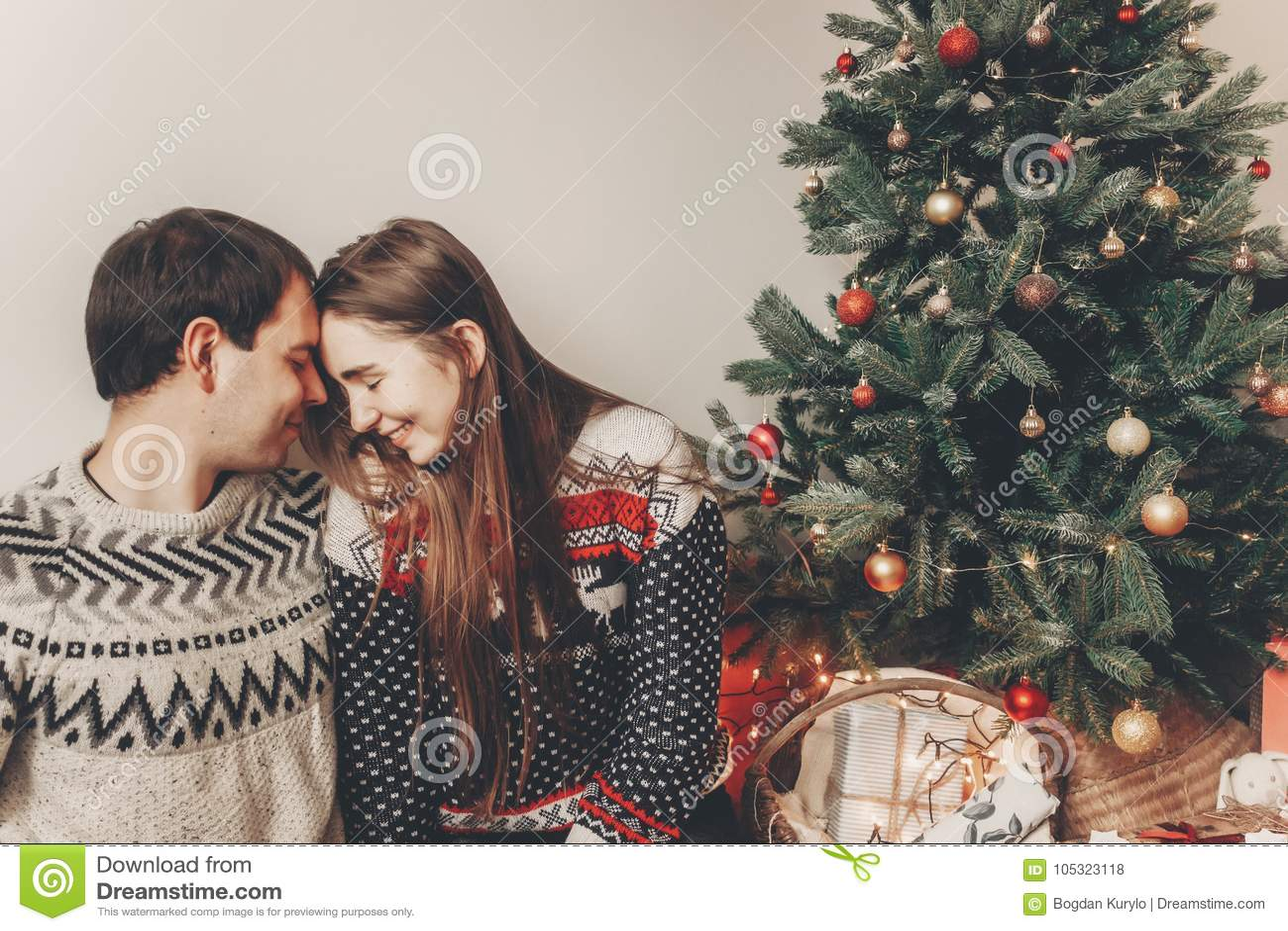 Elegancka modniś para ściska i obejmuje przy chri w pulowerach