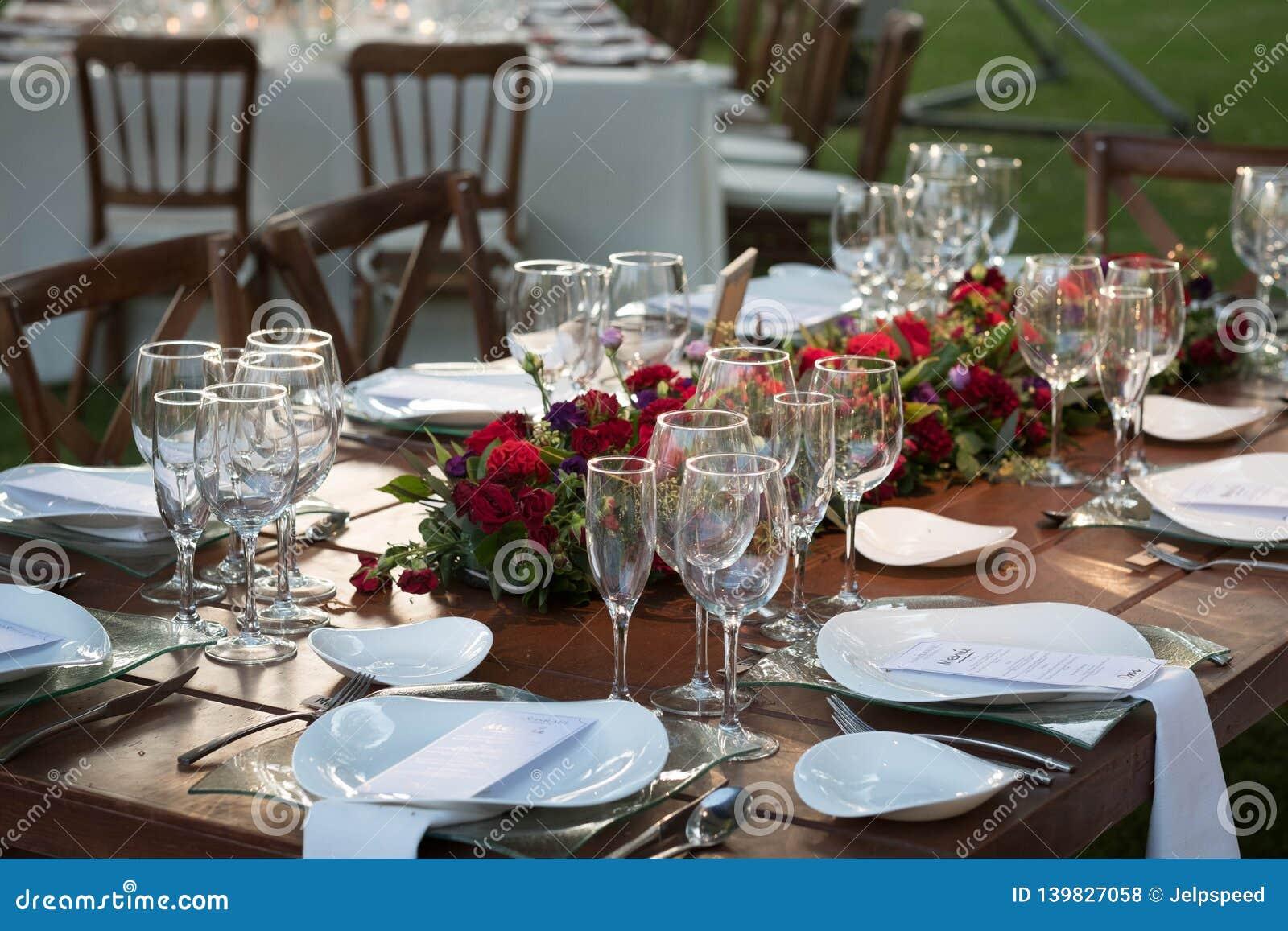Elegancka ogrodowa ślubna centerpiece dekoracja z naturalnymi kwiatami i różami