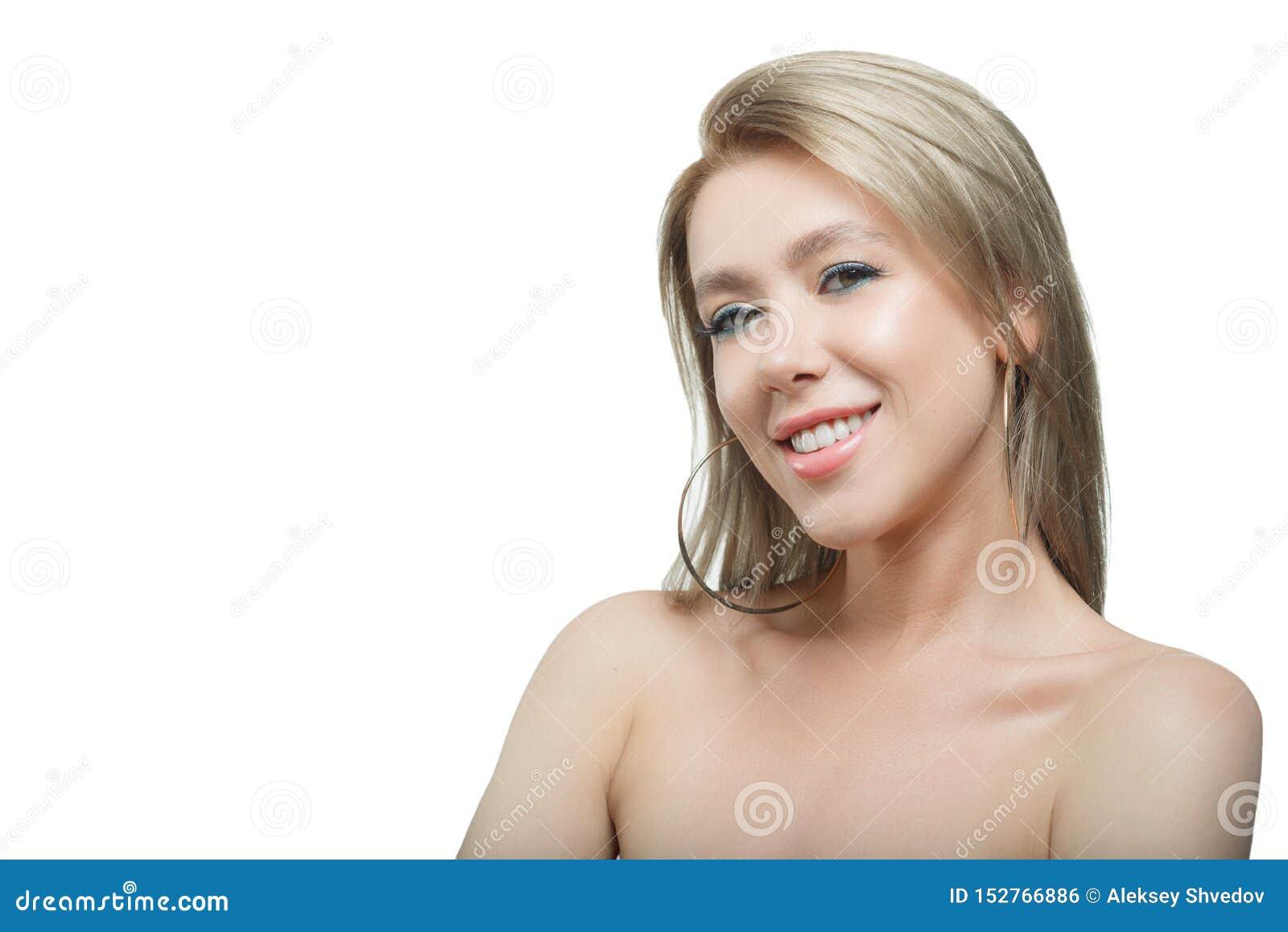 Elegancka piękna dziewczyna z bieżącą włosianą patrzeje kamerą z radosnym szczęśliwym wyrazem twarzy