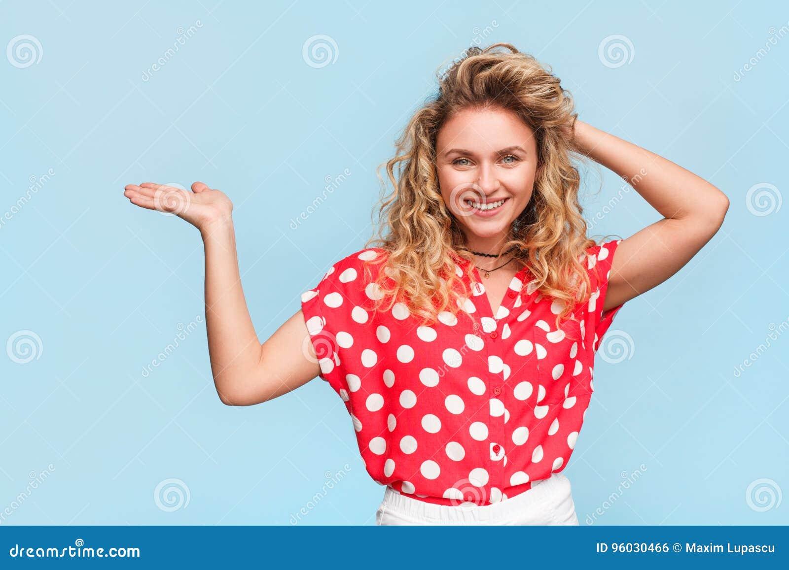 Elegancka uśmiechnięta dziewczyna pokazuje palmy up