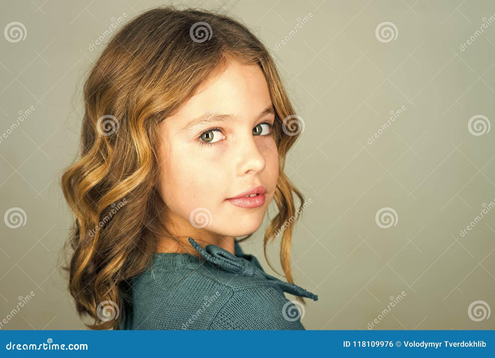 Elegancki śliczny dzieciak pozuje na popielatym tle Twarz dzieciak dla okładki magazynu Dziewczyna dzieciaków twarzy portret w tw