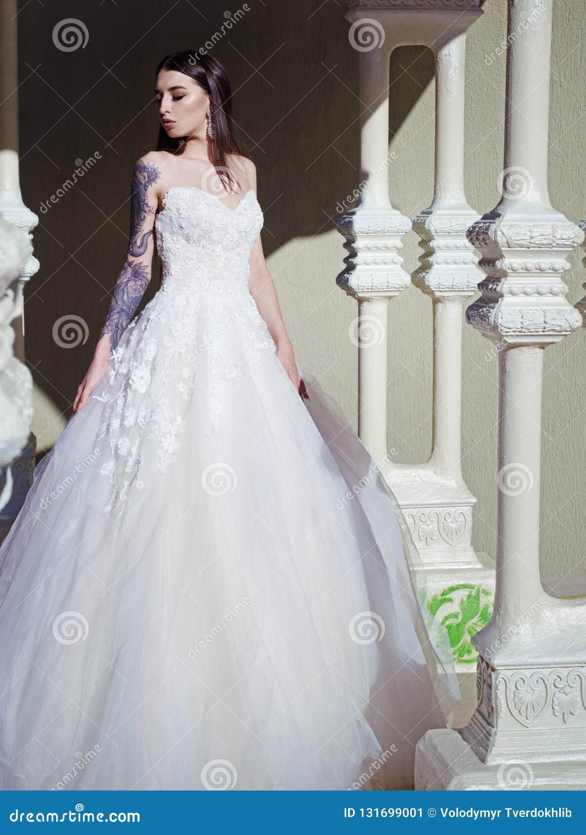 Elegancki ślubny salon czeka panny młodej kobieta przygotowywa dla poślubiać Piękne ślubne suknie w butiku Szczęśliwy