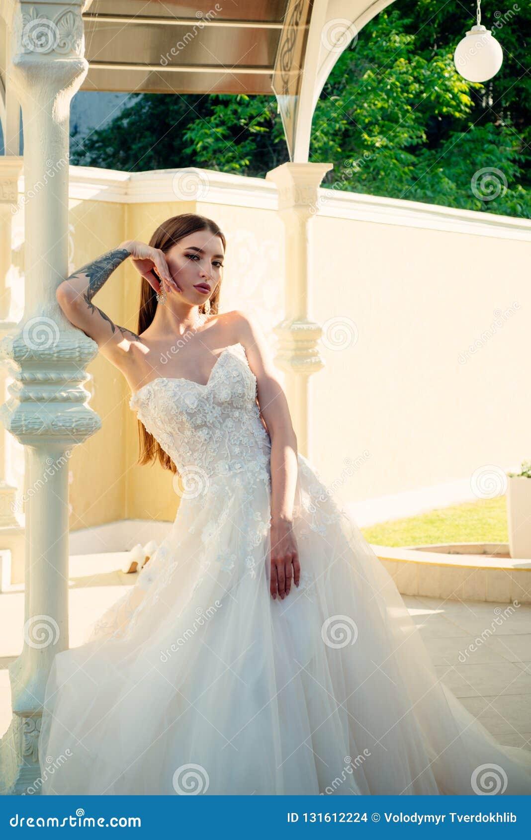 Elegancki ślubny salon czeka panny młodej Piękne ślubne suknie w butiku Szczęśliwa panna młoda przed poślubiać cudowny