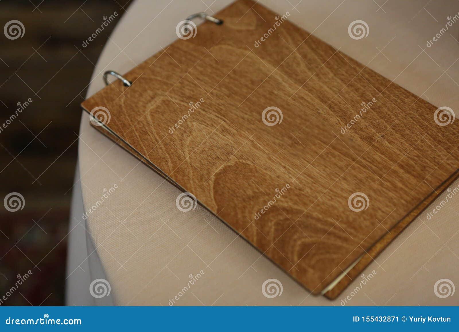 Elegancki albumowy drewniany pokrywa stołu bielu tło