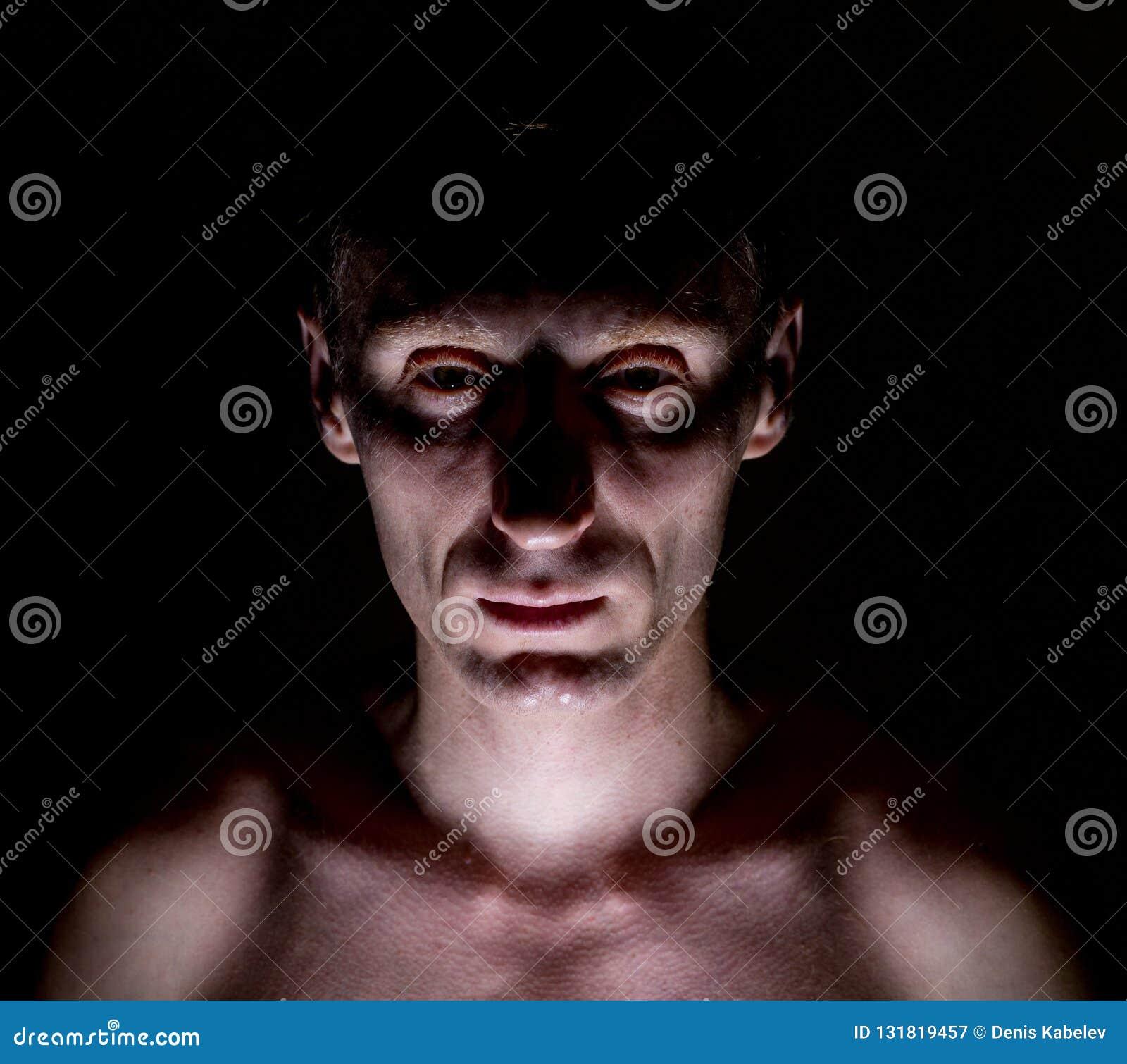 Elegancki ciemny portret dorosły caucasian mężczyzna który wydaje się jak maniaczka