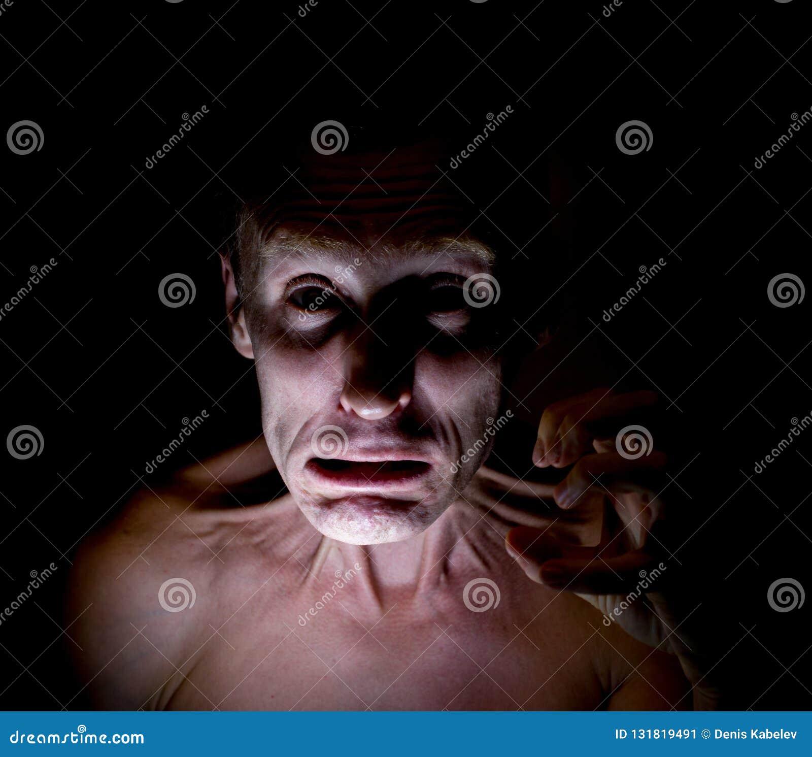 Elegancki ciemny portret dorosły caucasian mężczyzna z gniewną twarzą i co wydaje się jak maniaczka
