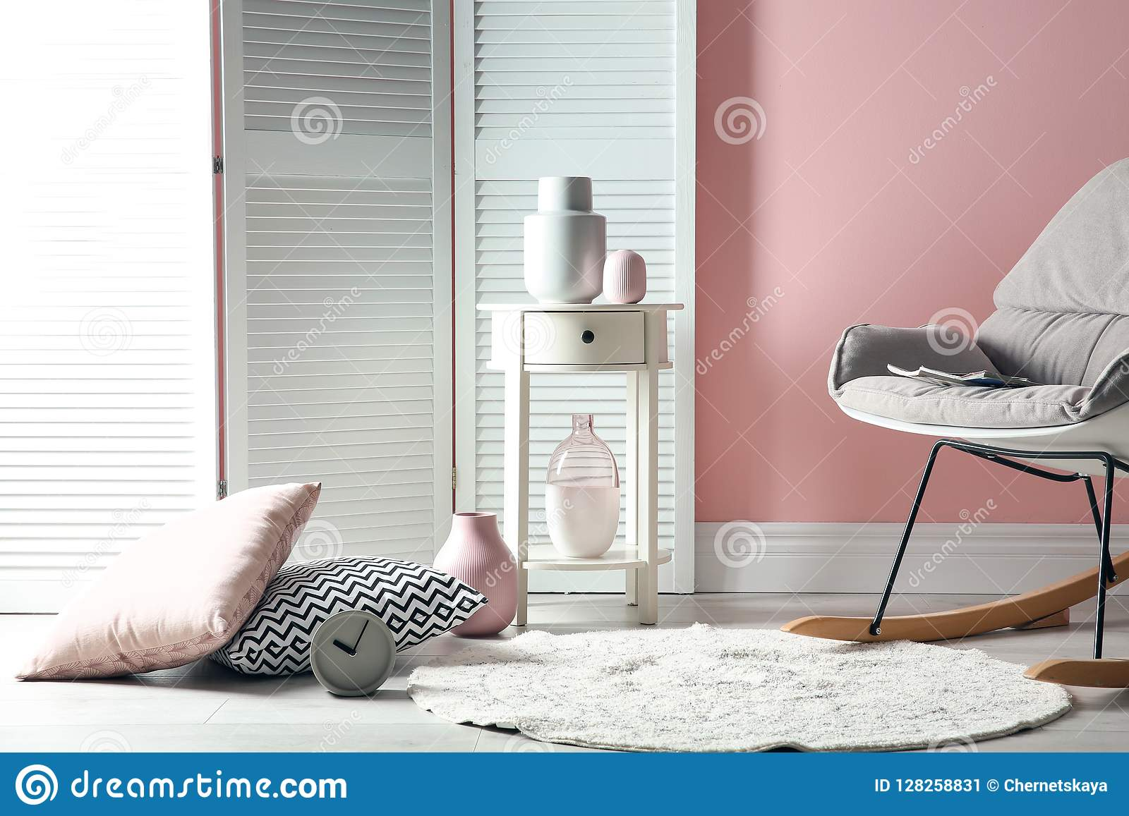 Elegancki izbowy wnętrze z falcowanie ekranem
