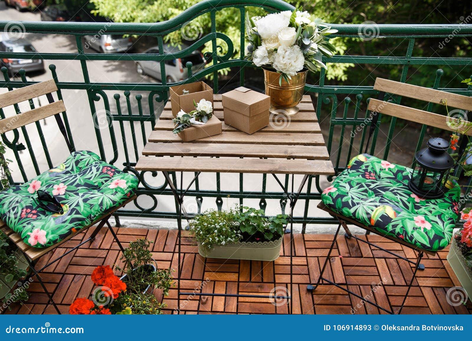 Elegancki ślubny bukiet i boutonnieres na drewnianym stole