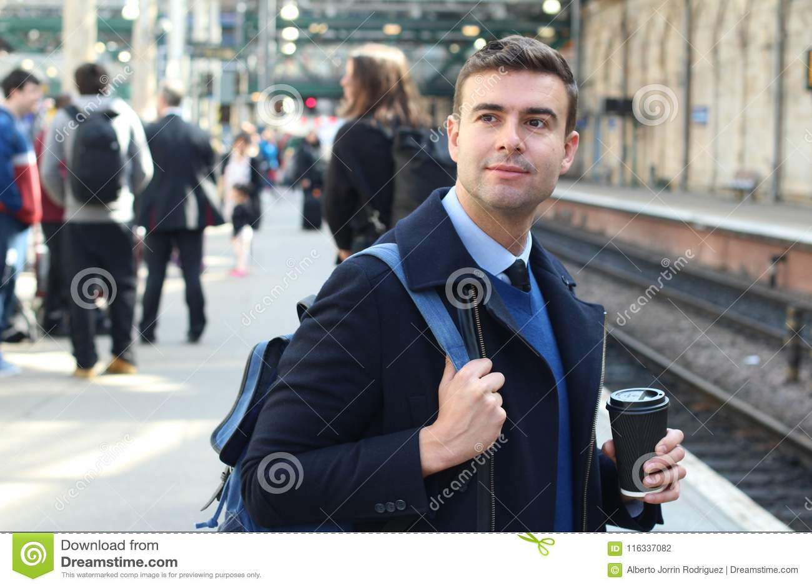 Elegancki mężczyzna wokoło łapać pociąg