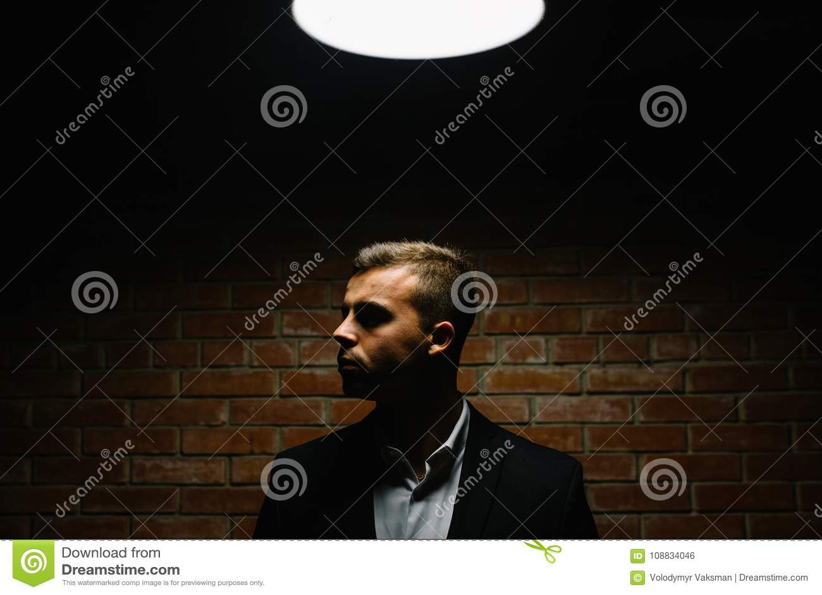 Elegancki młody człowiek w kostiumu i krawacie długopis biznesowej stylu biała kobieta Modny i