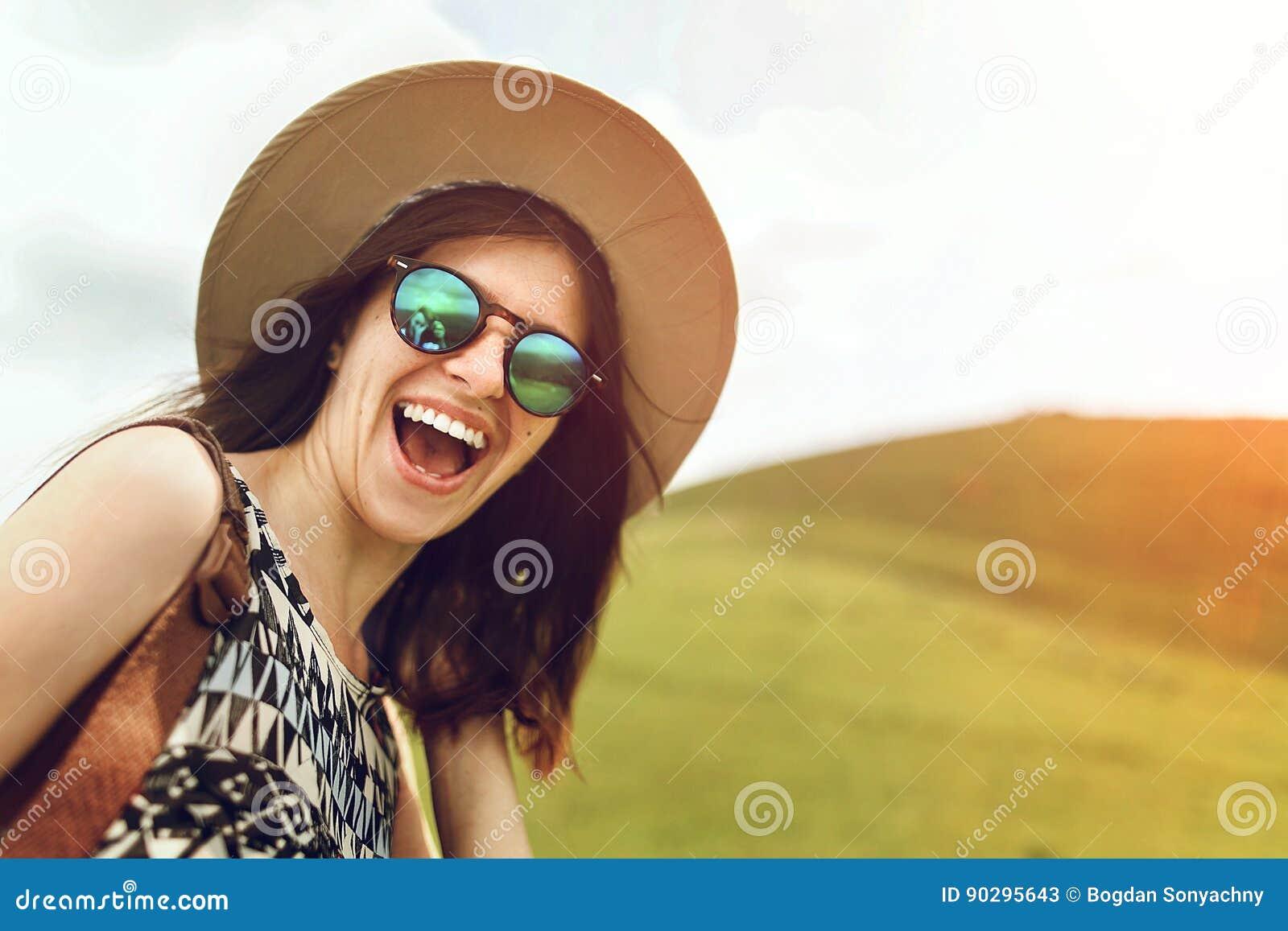 Elegancki modniś kobiety podróżnik z modnymi okularami przeciwsłonecznymi i h